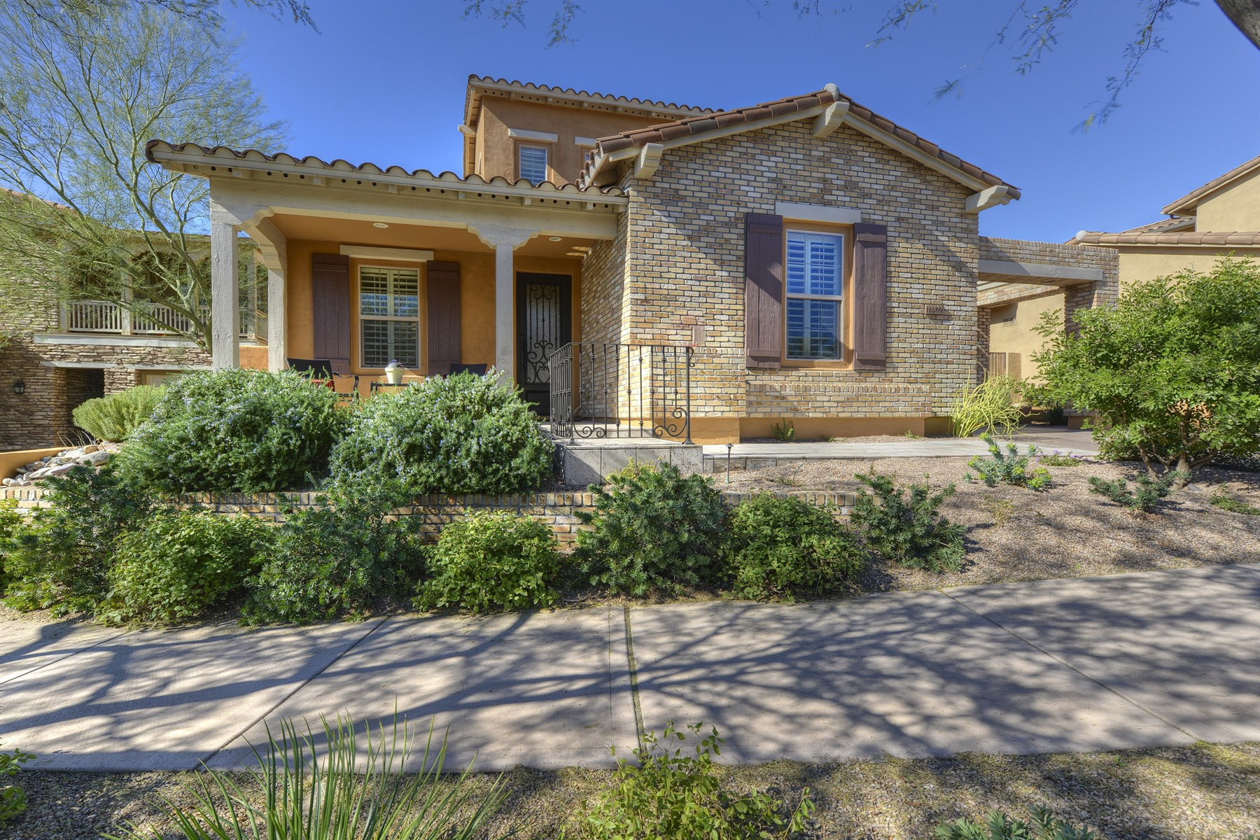 Maison unifamiliale pour l Vente à Highly upgraded home in the desirable Terraces community of DC Ranch 18422 N 94th Way Scottsdale, Arizona 85255 États-Unis