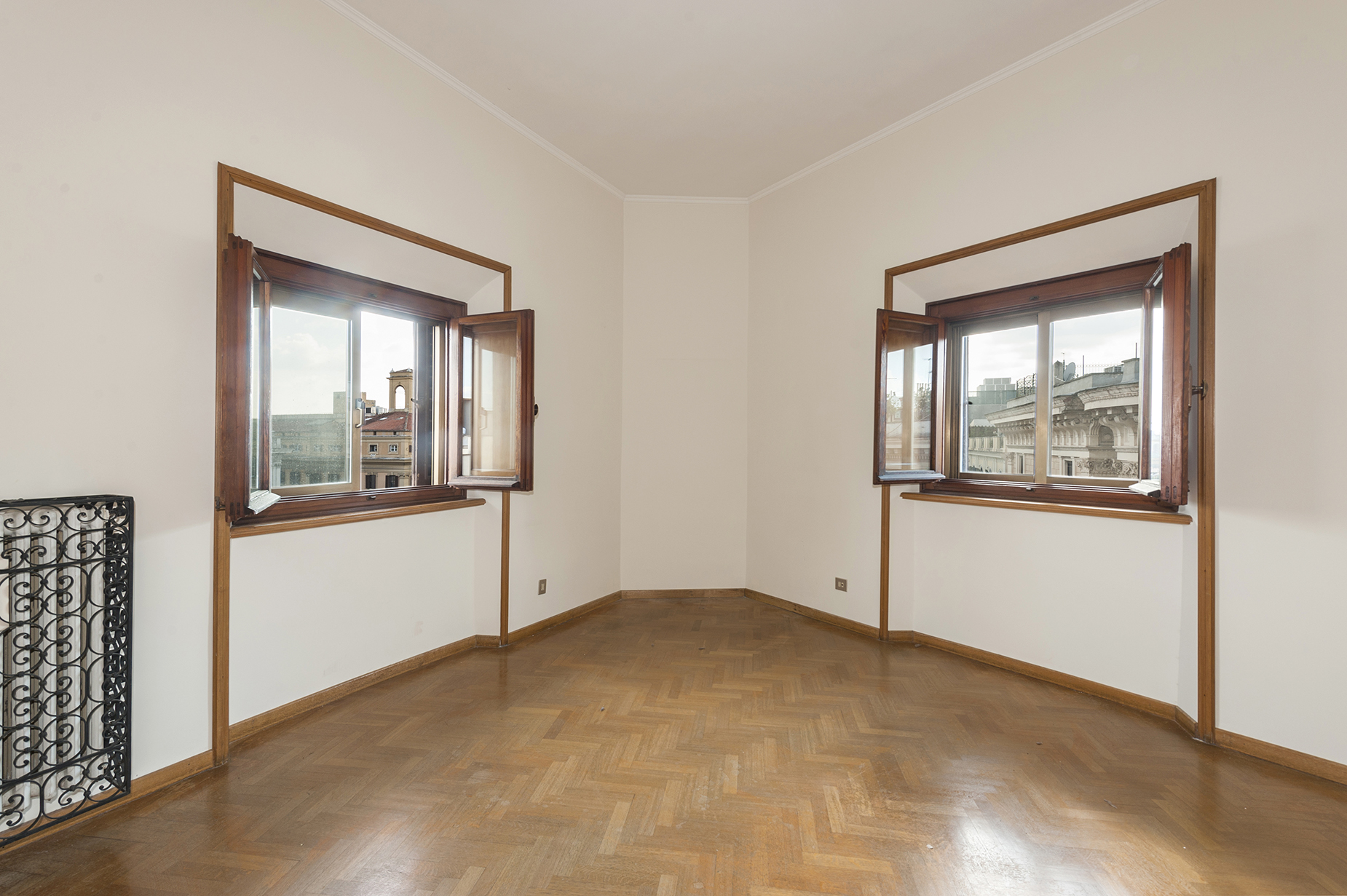 Additional photo for property listing at Elegant and bright apartment in the Sallustiano district Via Piave Rome, Rome 00187 Italien