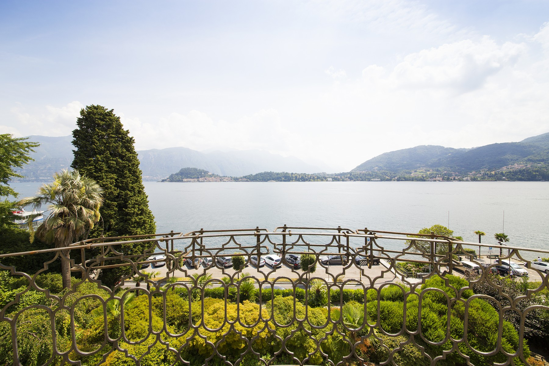 Additional photo for property listing at Elegante historische Villa gegenüber vom See liegend mit spektakulärem Blick Via Regina Griante, Como 22011 Italien