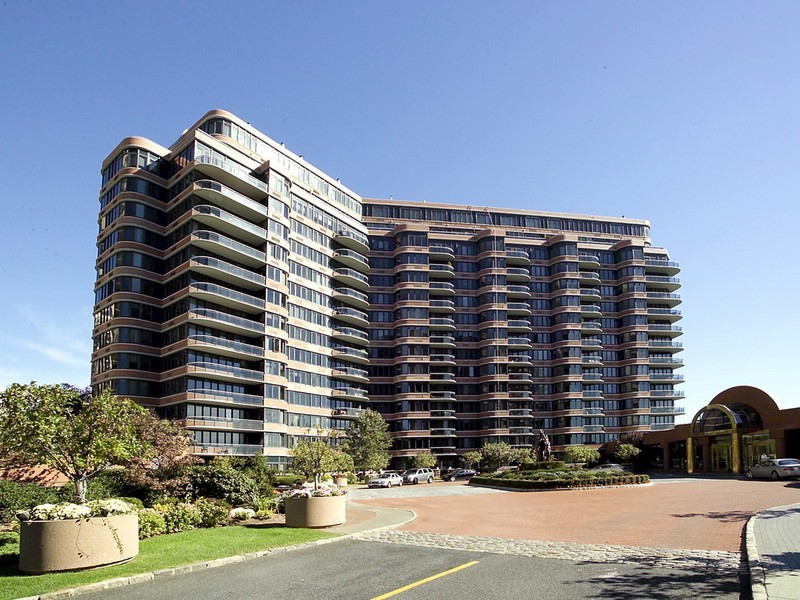콘도미니엄 용 매매 에 Spacious condo perched on top of the Palisades 100 Winston Drive #6L-North Carlyle Towers Cliffside Park, 뉴저지 07010 미국