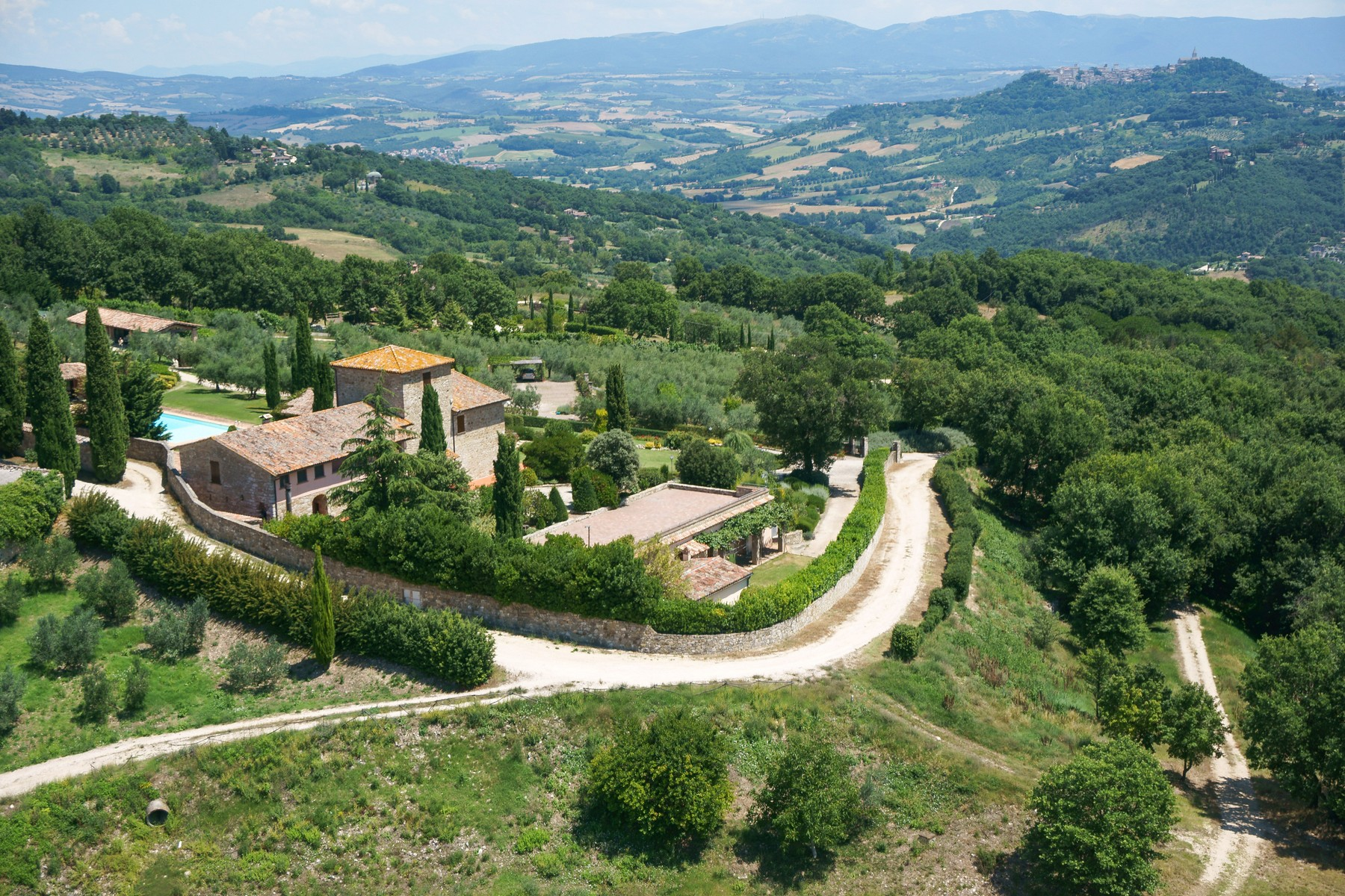 Additional photo for property listing at Magnificent country house with vineyard on the hills of Todi Todi, Perugia Italia