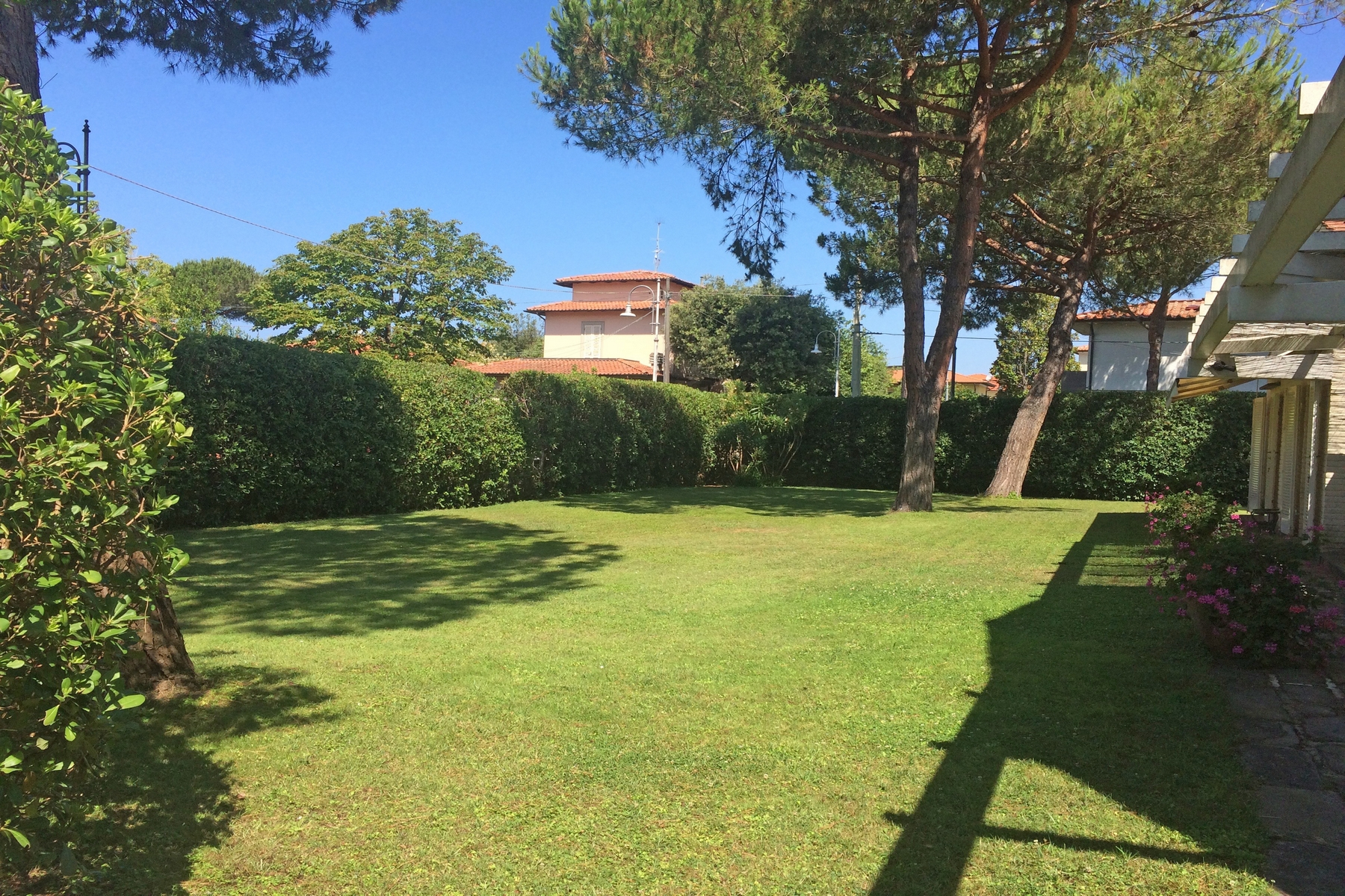Additional photo for property listing at Charming villa with garden near the sea Le Focette Marina Di Pietrasanta, Lucca 55045 Italie