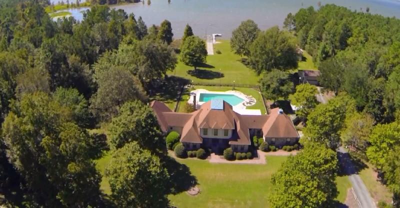 Casa para uma família para Venda às Secluded Lakefront Wonderland with your own Boat Landing and Dock 2205 Pinoplis Road Pinopolis, Carolina Do Sul 29469 Estados Unidos