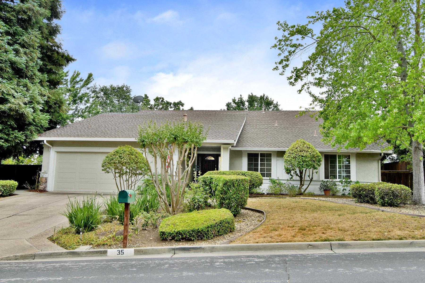 Casa para uma família para Venda às Warm and Inviting 35 Hightree Court Danville, Califórnia 94526 Estados Unidos
