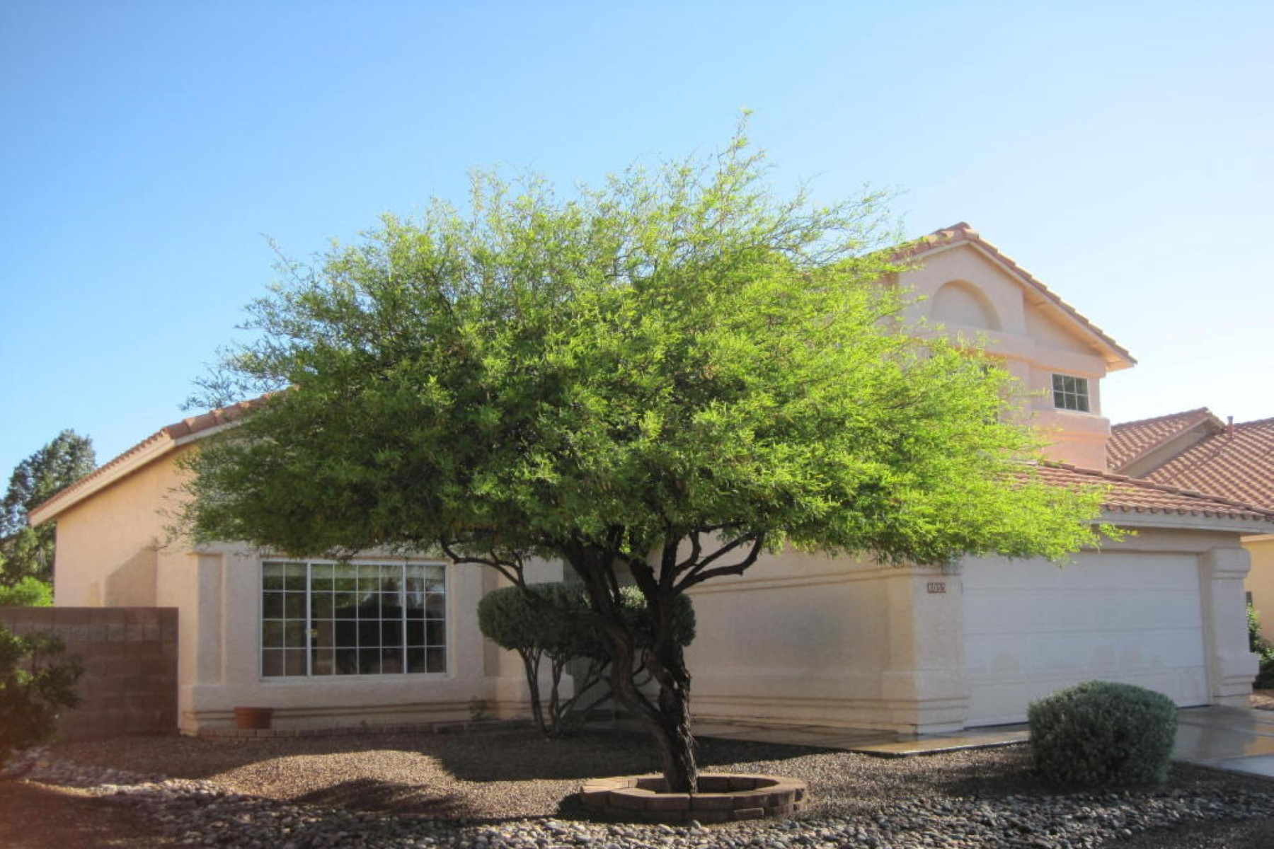 Vivienda unifamiliar por un Venta en Safe, serene, and quiet neighborhood. 8055 E Mason Street Tucson, Arizona 85715 Estados Unidos