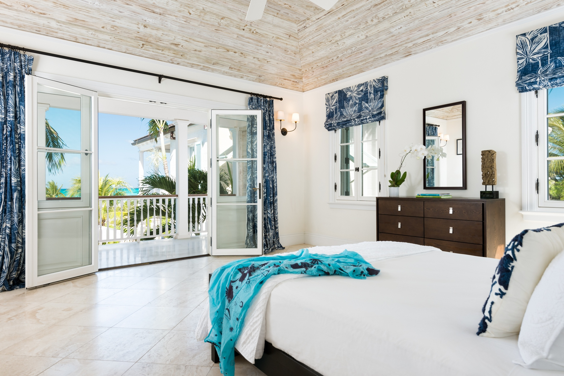 Additional photo for property listing at Amazing Grace   Vacation Rental Beachfront Grace Bay, Providenciales TCI BWI Turks And Caicos Islands