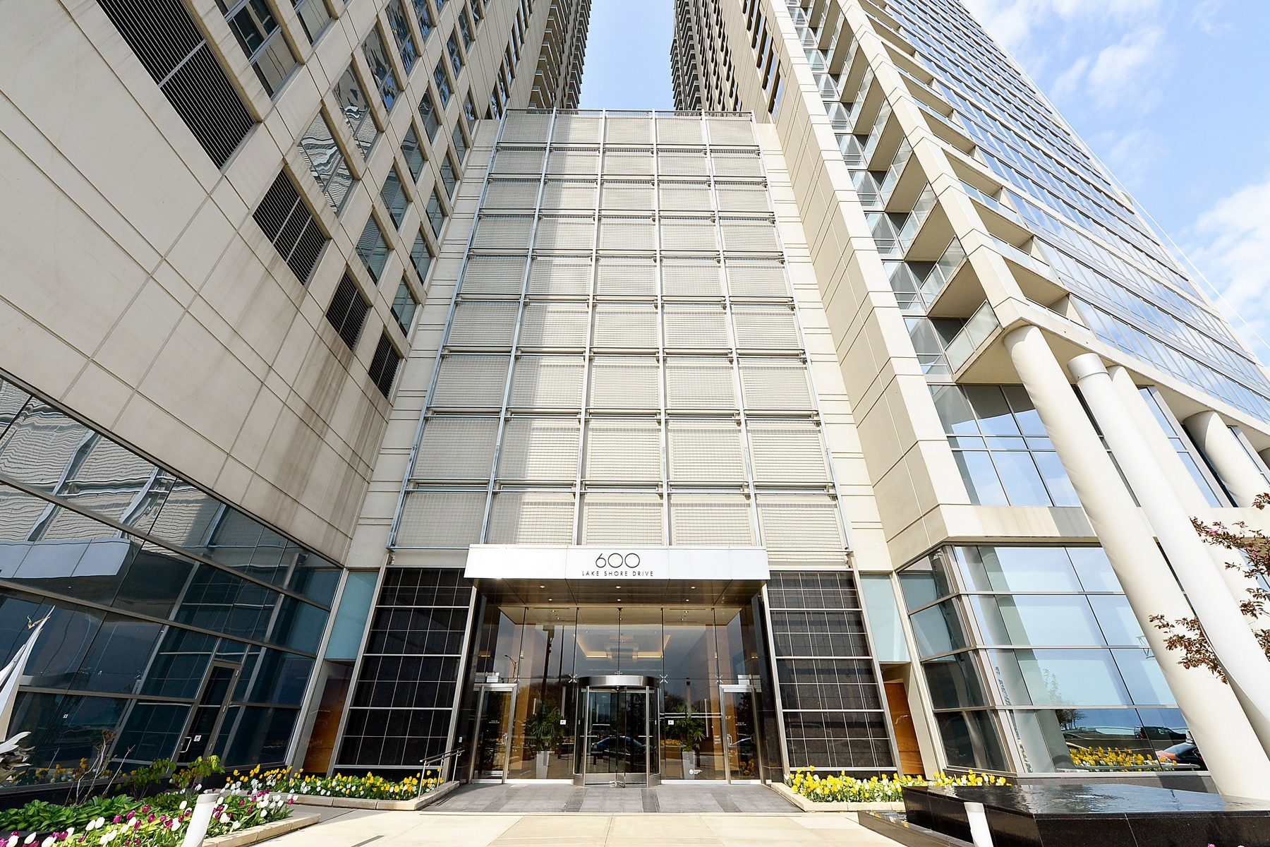 Частный односемейный дом для того Продажа на Spacious and Elegant on Lake Shore Drive 600 N Lake Shore Drive Unit 4210 Near North Side, Chicago, Иллинойс, 60611 Соединенные Штаты