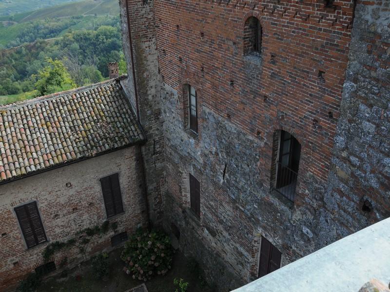 Additional photo for property listing at Ancient castle in the Oltrepo Pavese Pietra de' Giorgi Pietra De Giorgi, Pavia 27040 Italien
