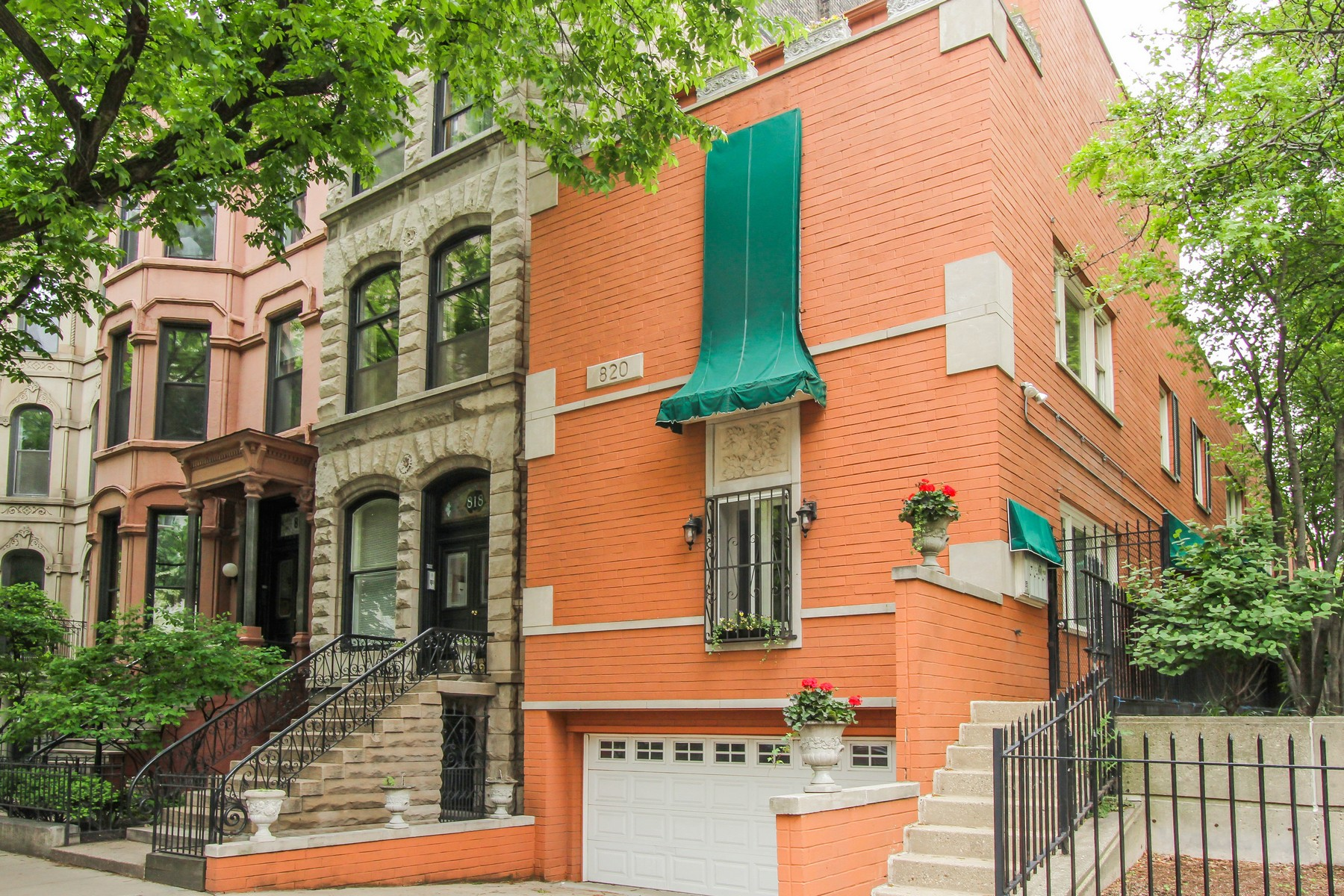 Villetta a schiera per Vendita alle ore Beautiful Gold Coast Townhouse 820 N Dearborn Street Unit A Near North Side, Chicago, Illinois 60610 Stati Uniti