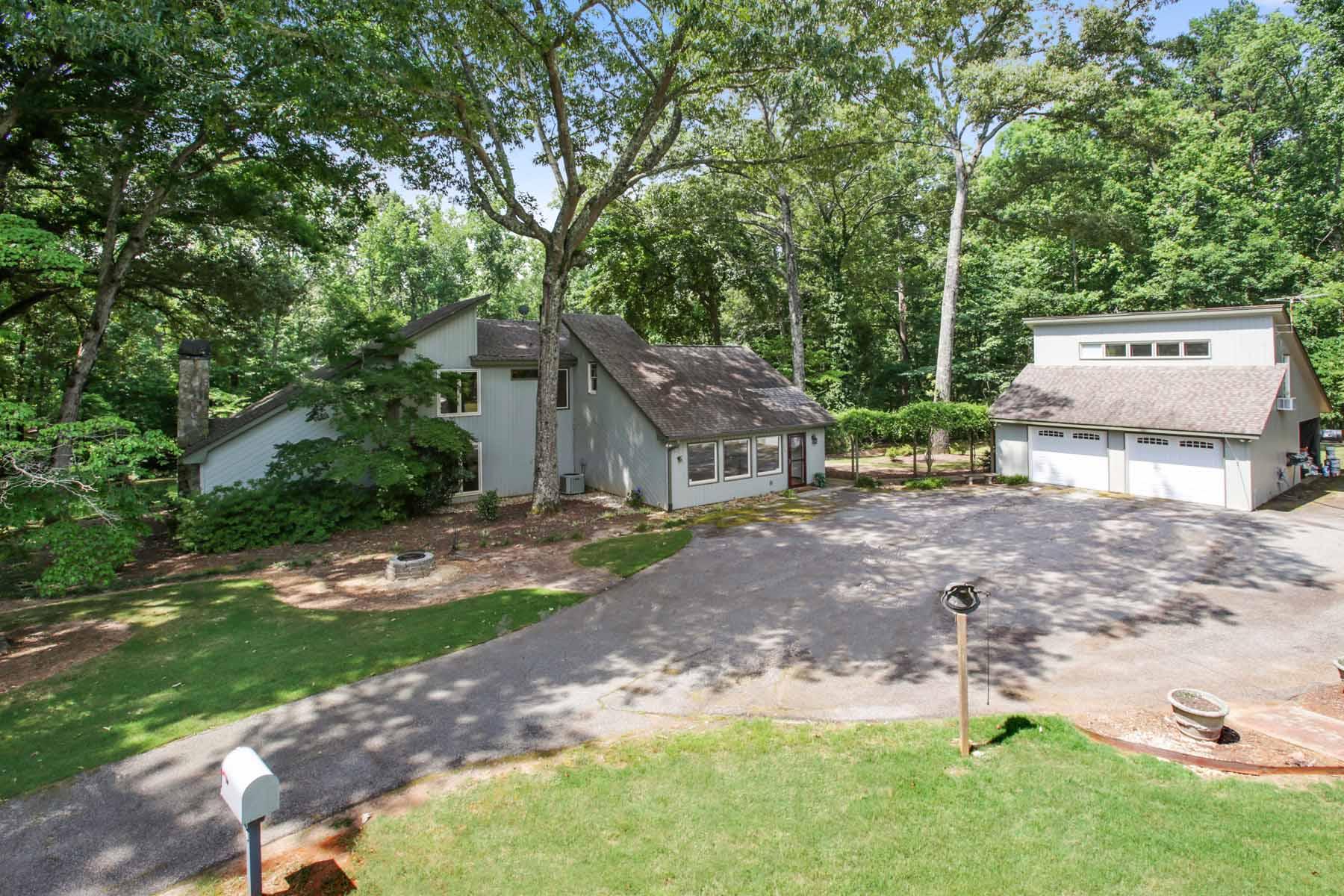 Maison unifamiliale pour l Vente à Secluded Estate Offers Supreme Serenity 80 Country Trace Fayetteville, Georgia, 30215 États-Unis
