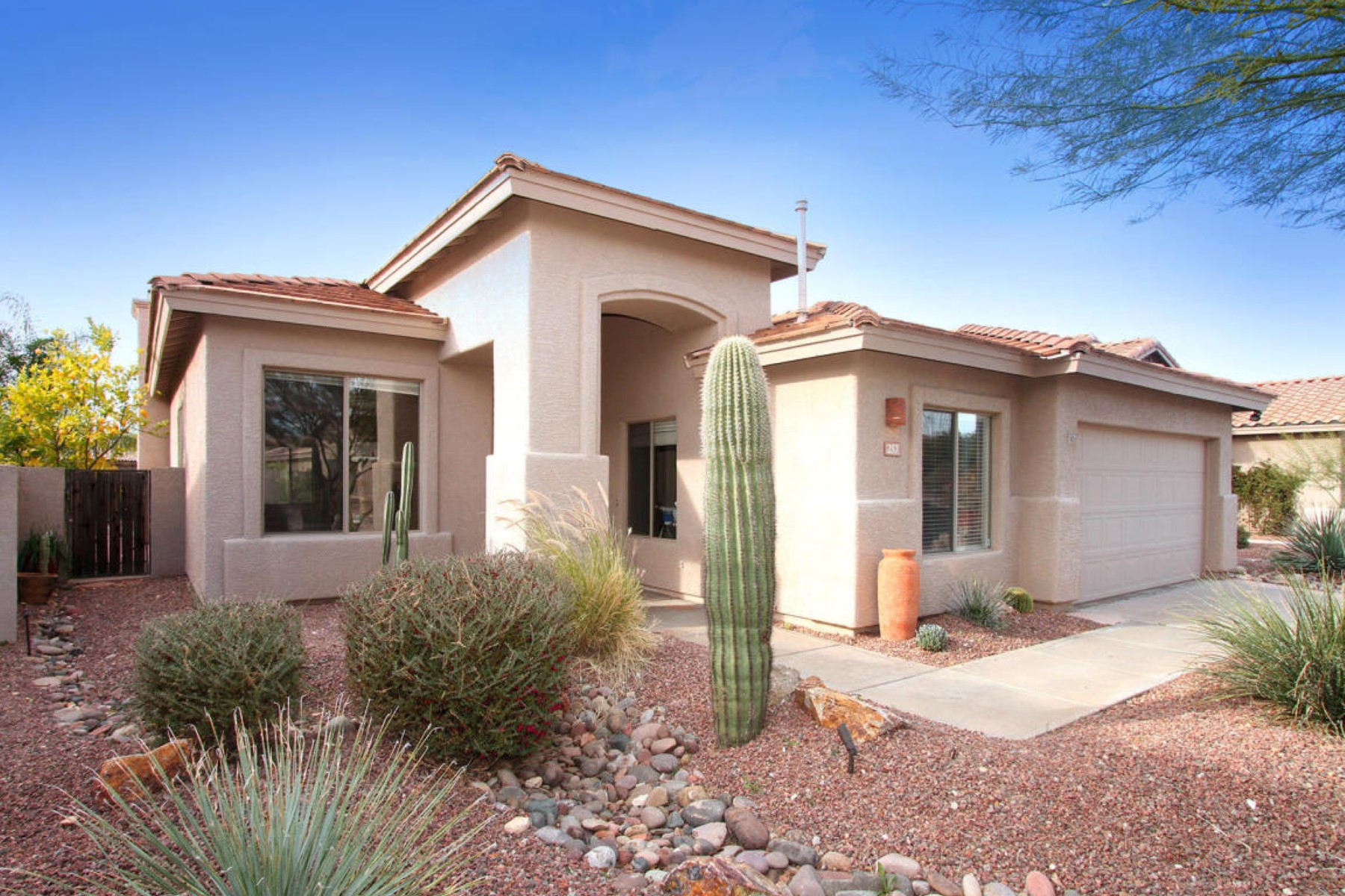 Single Family Home for Sale at Fabulous updated home located in Oro Valley's gated Monterey at Vistoso 257 W Tabascoe Place Oro Valley, Arizona 85755 United States