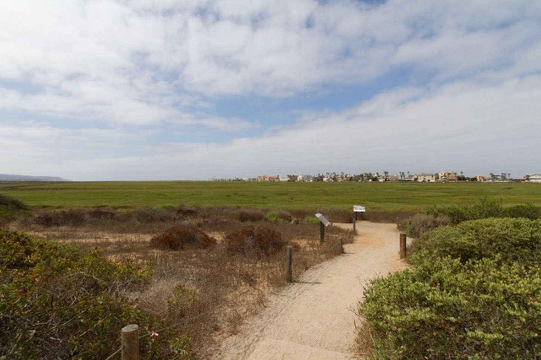 Additional photo for property listing at 2 Blocks to the Beach across from the wildlife sanctuary nature trails 318 Imperial Beach Boulevard 因皮里尔, 加利福尼亚州 91932 美国