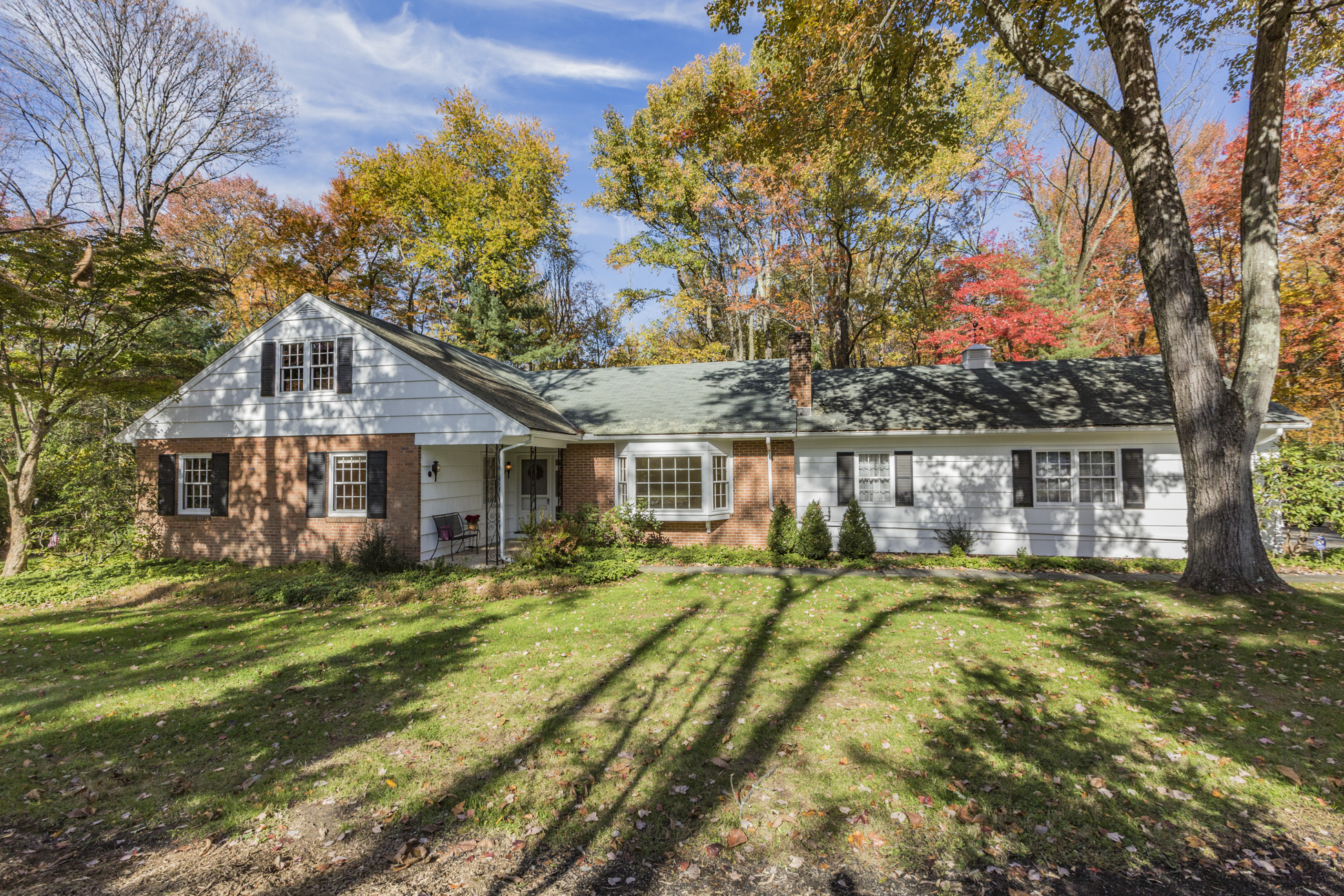 Maison unifamiliale pour l Vente à Expanded Ranch Delights with Warmth and Potential - Lawrence Township 6 Van Kirk Road Princeton, New Jersey, 08540 États-Unis