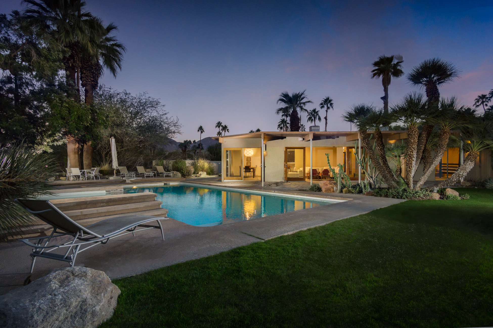 Частный односемейный дом для того Продажа на Upscale Mid Century Modern 73110 Grapevine Street Palm Desert, Калифорния 92260 Соединенные Штаты