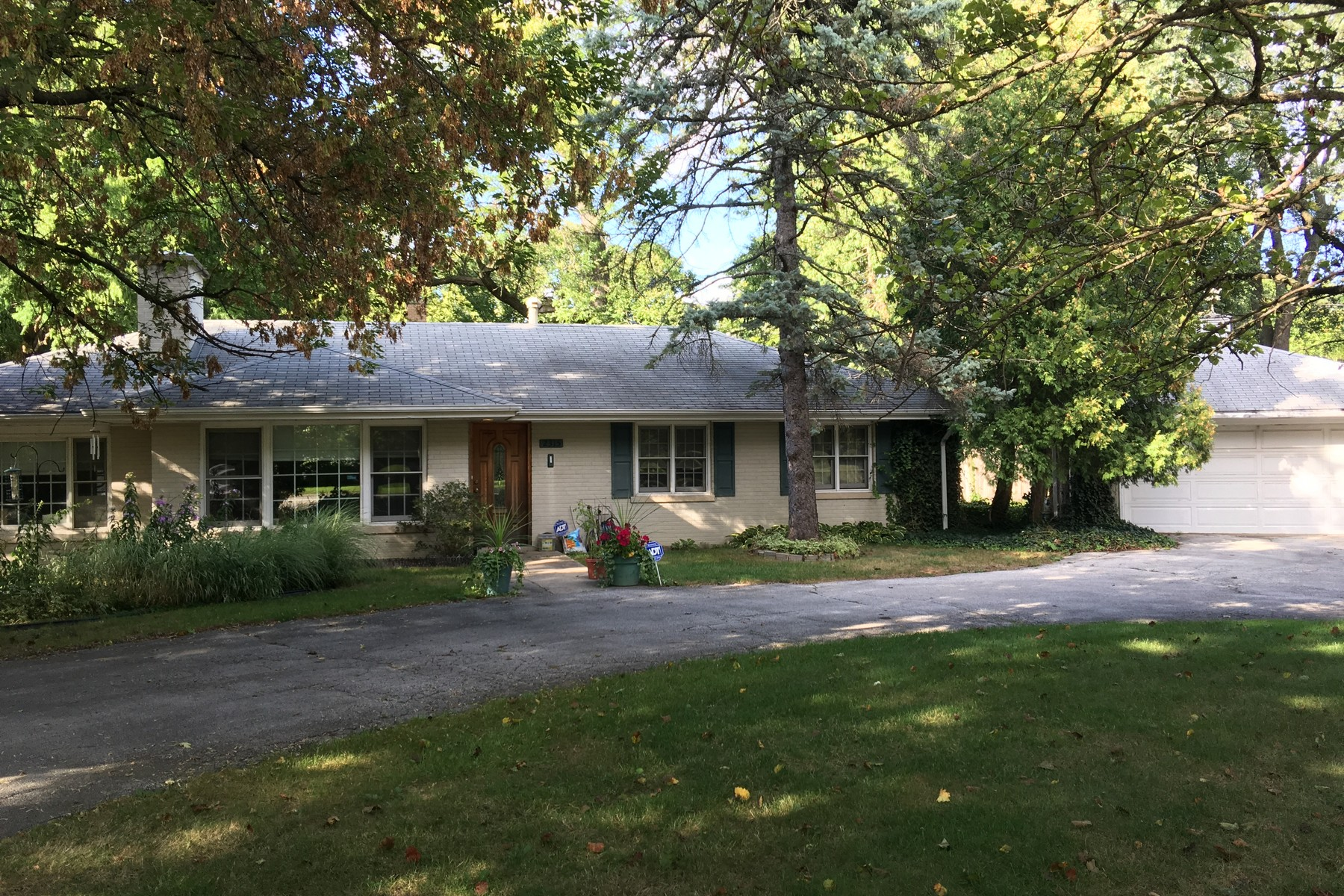 Maison unifamiliale pour l Vente à Delightful Three Bedroom Ranch Home 2315 Mccormick Boulevard Evanston, Illinois, 60201 États-Unis