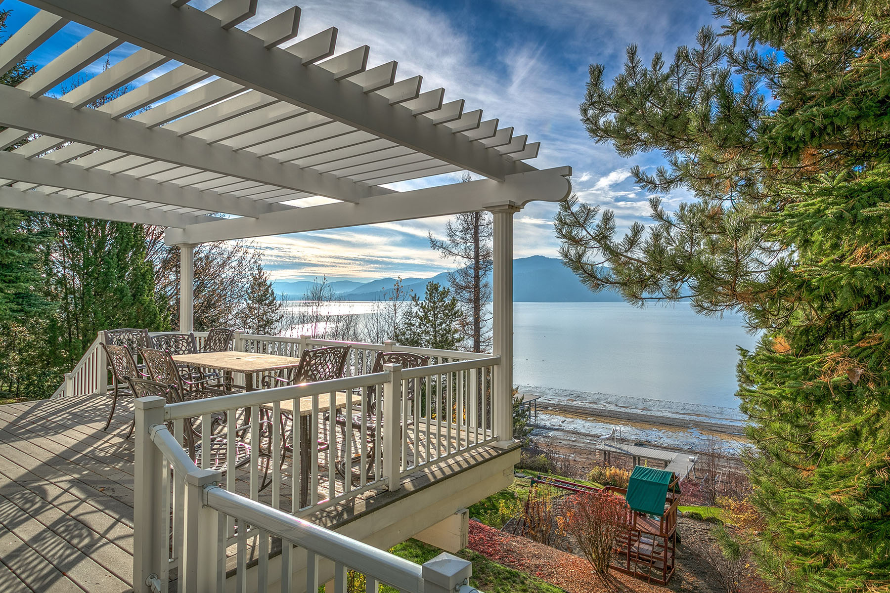 Maison unifamiliale pour l Vente à Ponder Point Drive Waterfront 616 Ponder Point Dr Sandpoint, Idaho, 83864 États-Unis