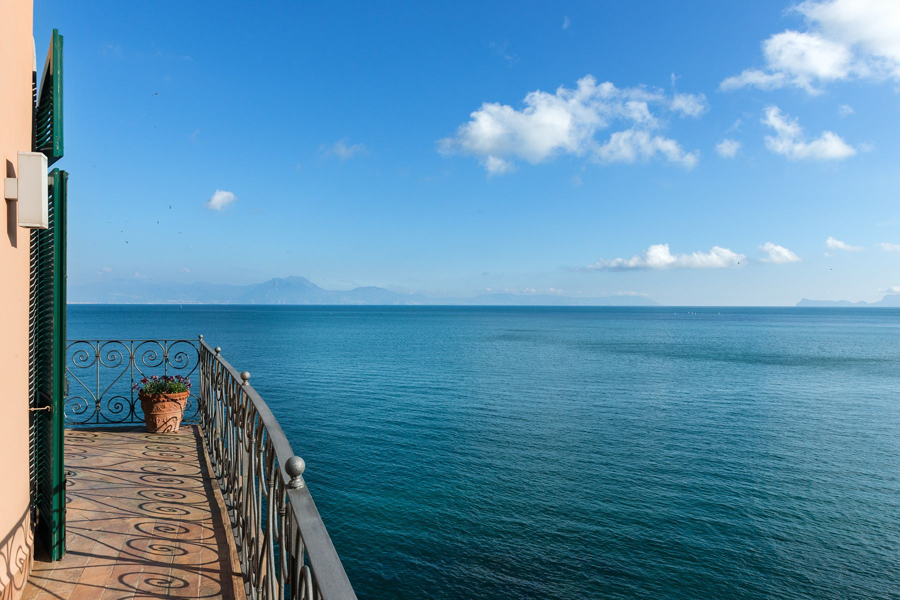 Additional photo for property listing at Historic home pied dans l'eau in Posillipo Via Posillipo Napoli, Naples 80123 Italy