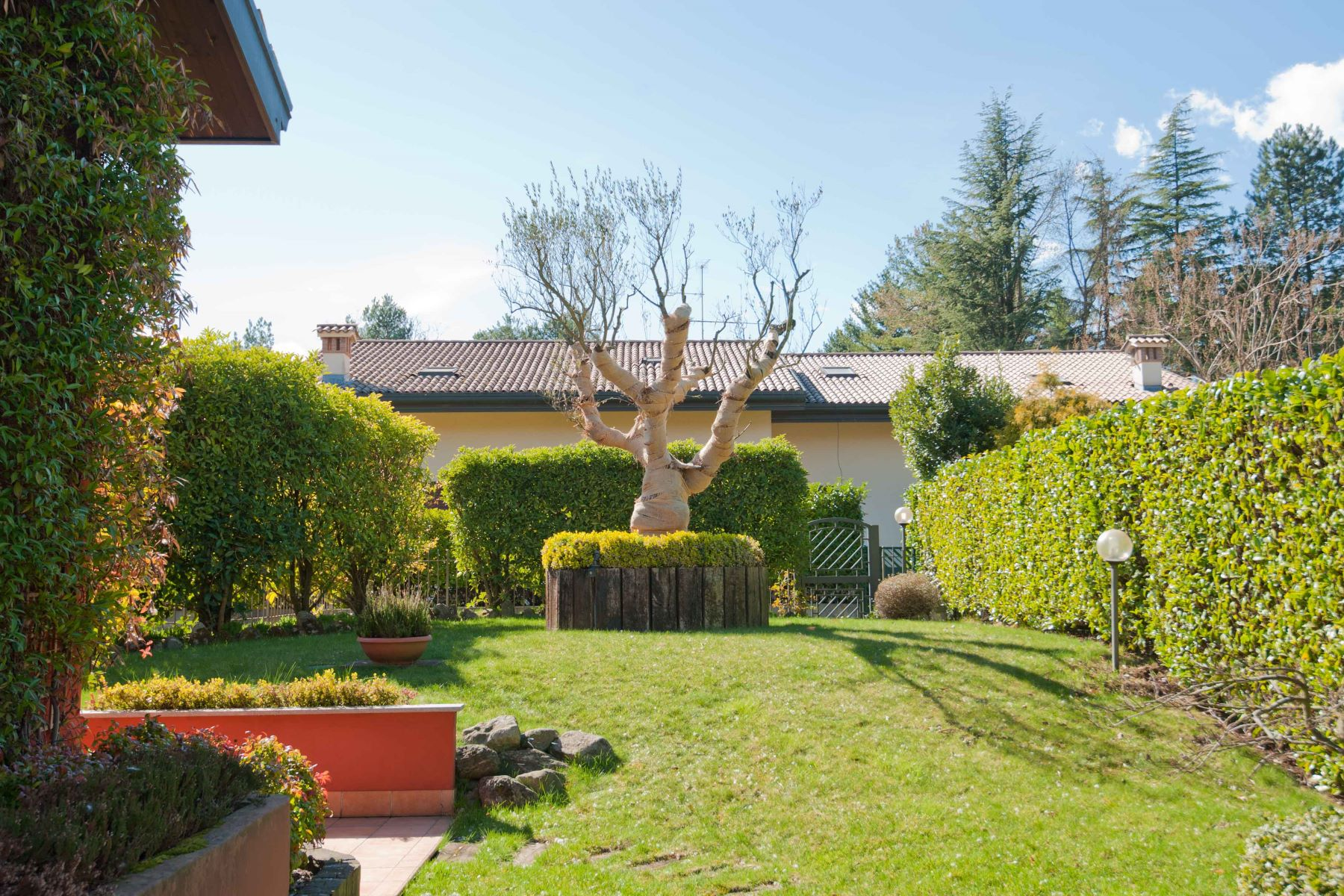 "Additional photo for property listing at Peaceful property immersed in the green area of the Golf ""La Pinetina"" Via Valle Verde Appiano Gentile, Como 22070 Italie"