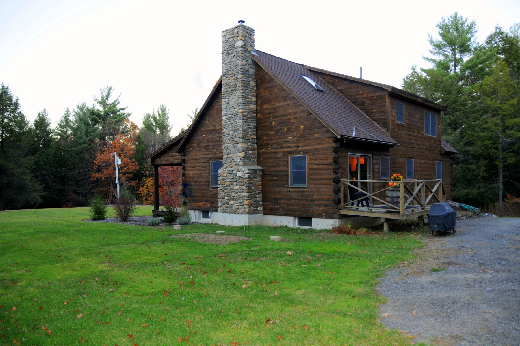 واحد منزل الأسرة للـ Sale في Log Home on 39+ Acres 65 Pitcherville Road Hubbardston, Massachusetts 01452 United States