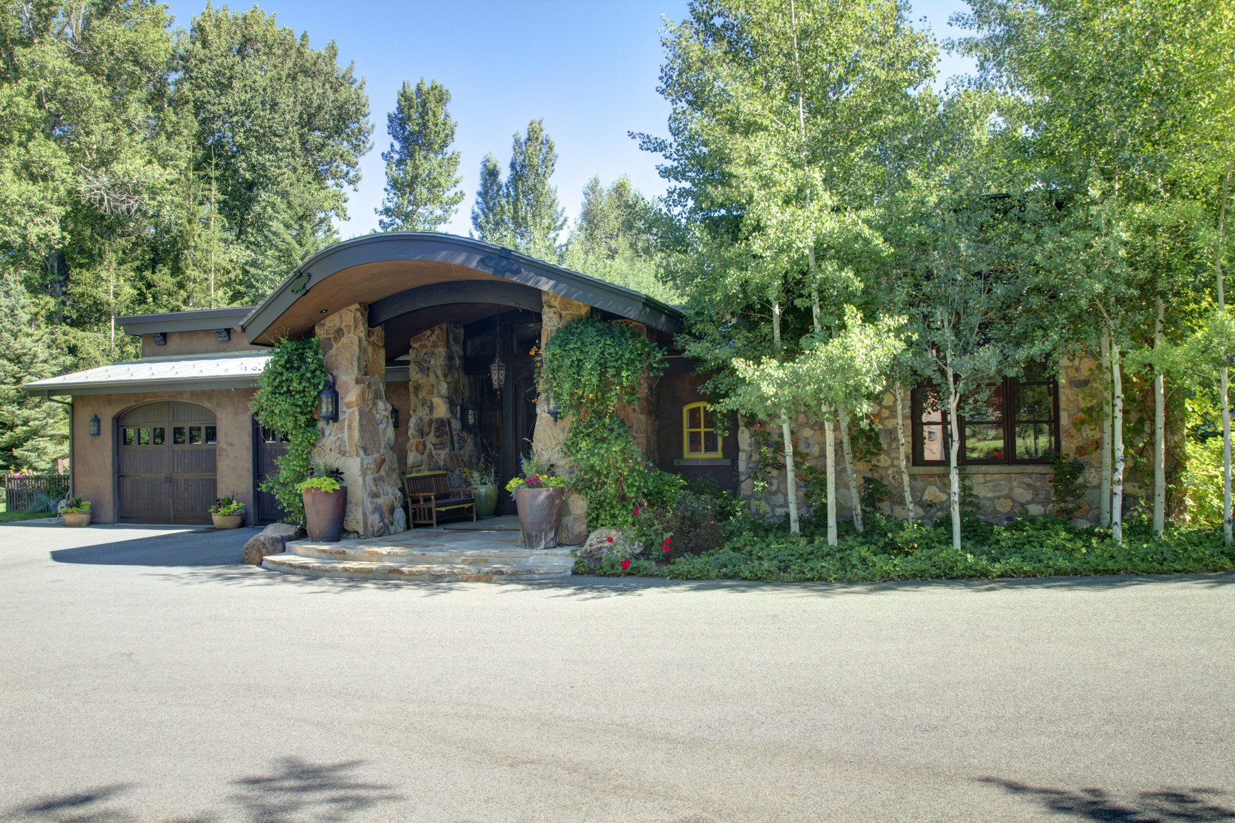 Additional photo for property listing at Old World Craftsmanship Meets Contemporary Mountain Living 102 Sutton Place Ketchum, Idaho 83340 Estados Unidos