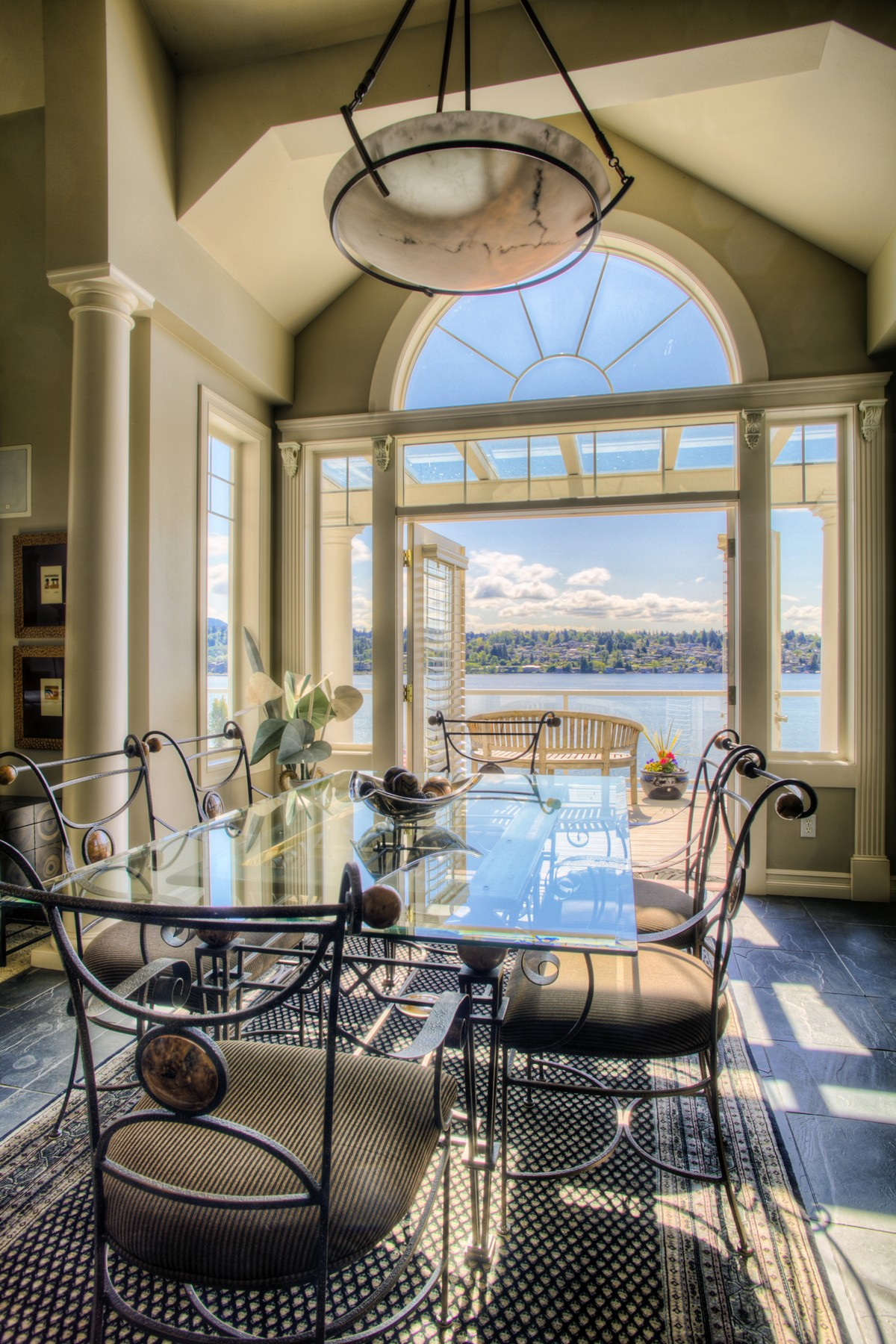 Villa per Vendita alle ore Peaceful South End Waterfront Estate 7908 E Mercer Wy Mercer Island, Washington, 98040 Stati Uniti