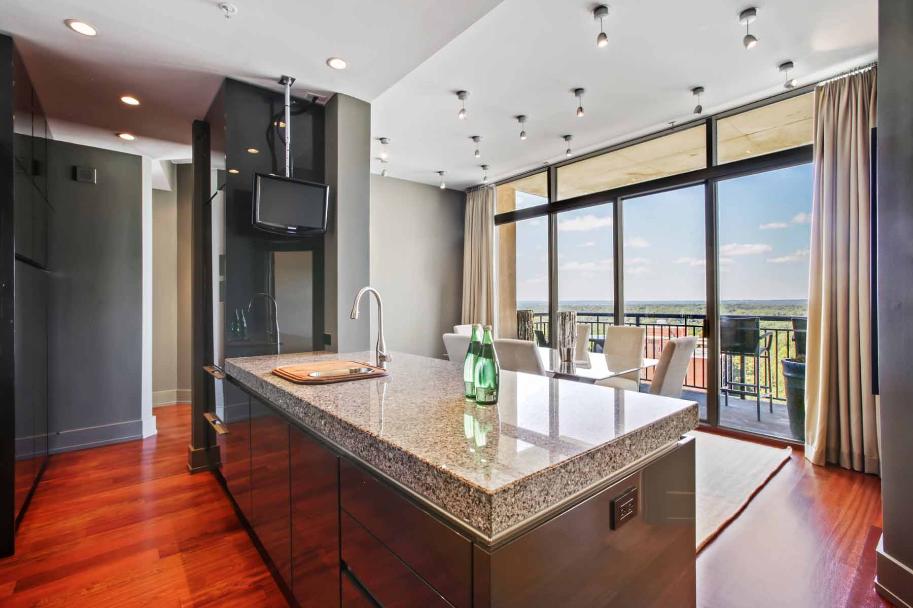 Additional photo for property listing at Stunning Custom Three Bedroom in Ovation 3040 Peachtree Road NW No. 1510 Atlanta, Джорджия 30305 Соединенные Штаты