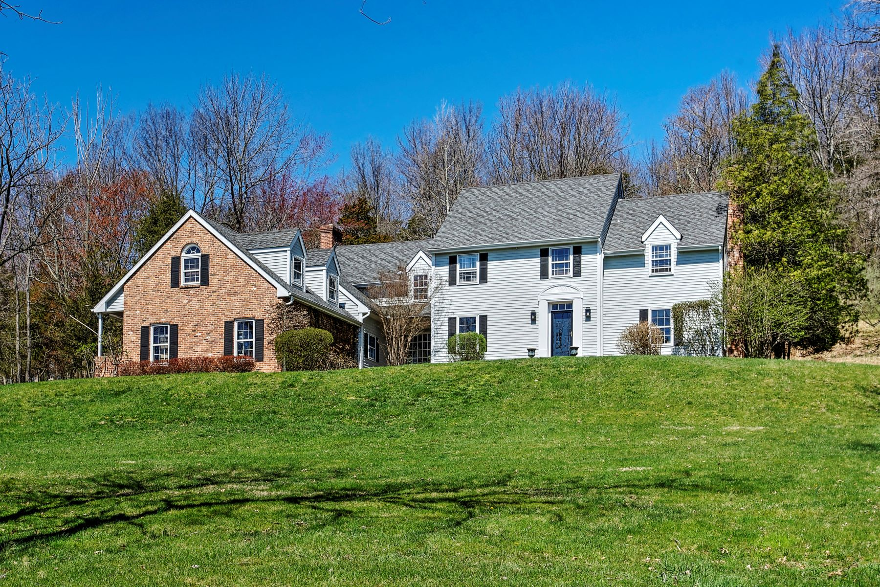 Casa Unifamiliar por un Venta en Inviting Colonial 17 Roundtop Road Califon, Nueva Jersey 07830 Estados Unidos