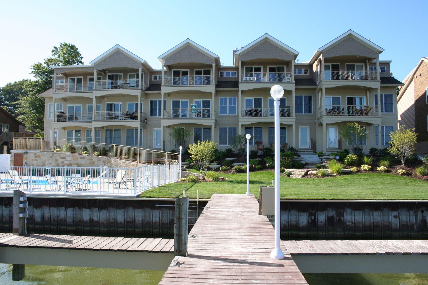 コンドミニアム のために 売買 アット Spacious And Inviting Waterfront Condominium 1647-5 South Shore Drive Holland, ミシガン, 49423 アメリカ合衆国