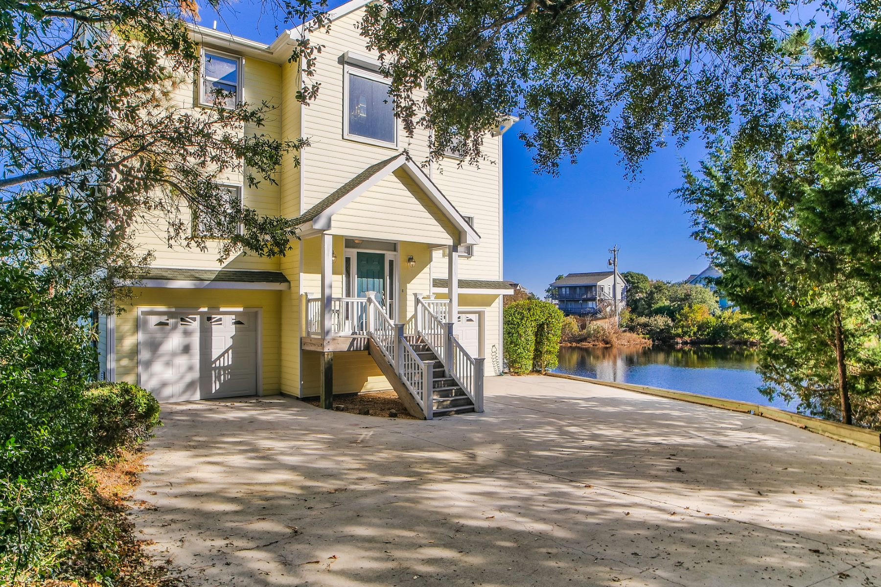 Maison unifamiliale pour l Vente à Waterfront Home with Striking Panoramic Views 109 S Oak Drive Surf City, Carolina Du Nord, 28445 États-Unis