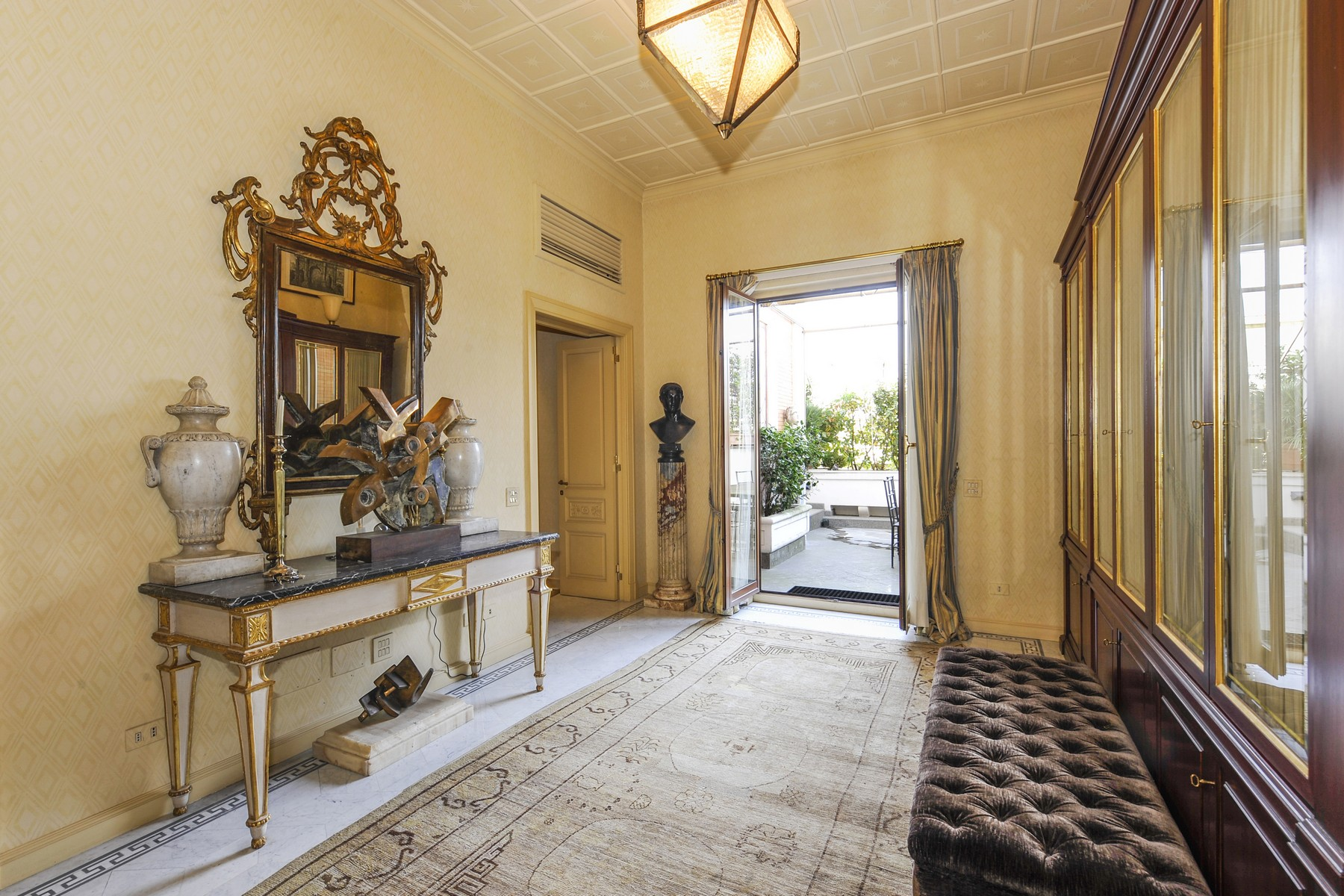 Appartement pour l Vente à Stunning penthouse in the historical center Via Barberini Rome, Rome, 00187 Italie