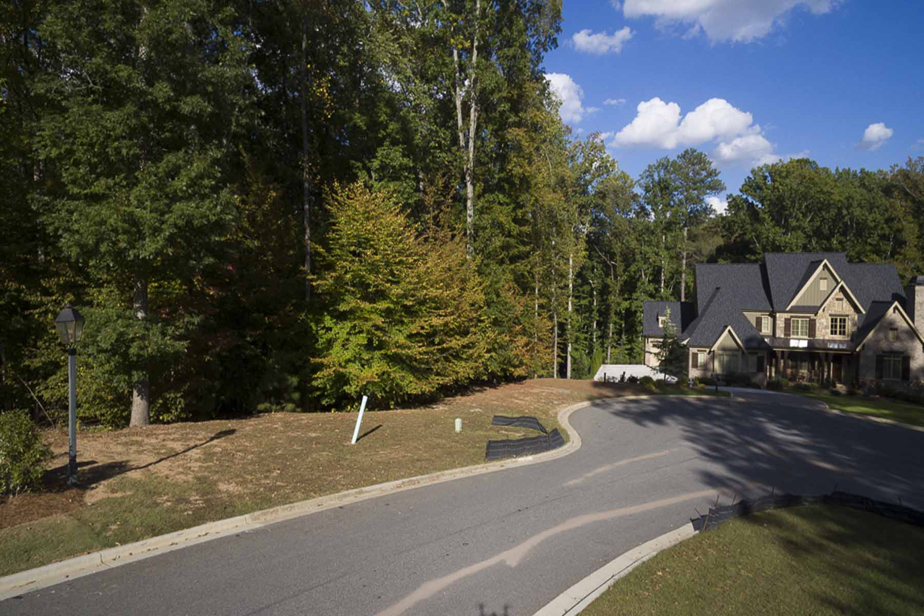 Villa per Vendita alle ore Welcome Home to The River Club 5192 Boulder Bluff Way Suwanee, Georgia, 30024 Stati Uniti