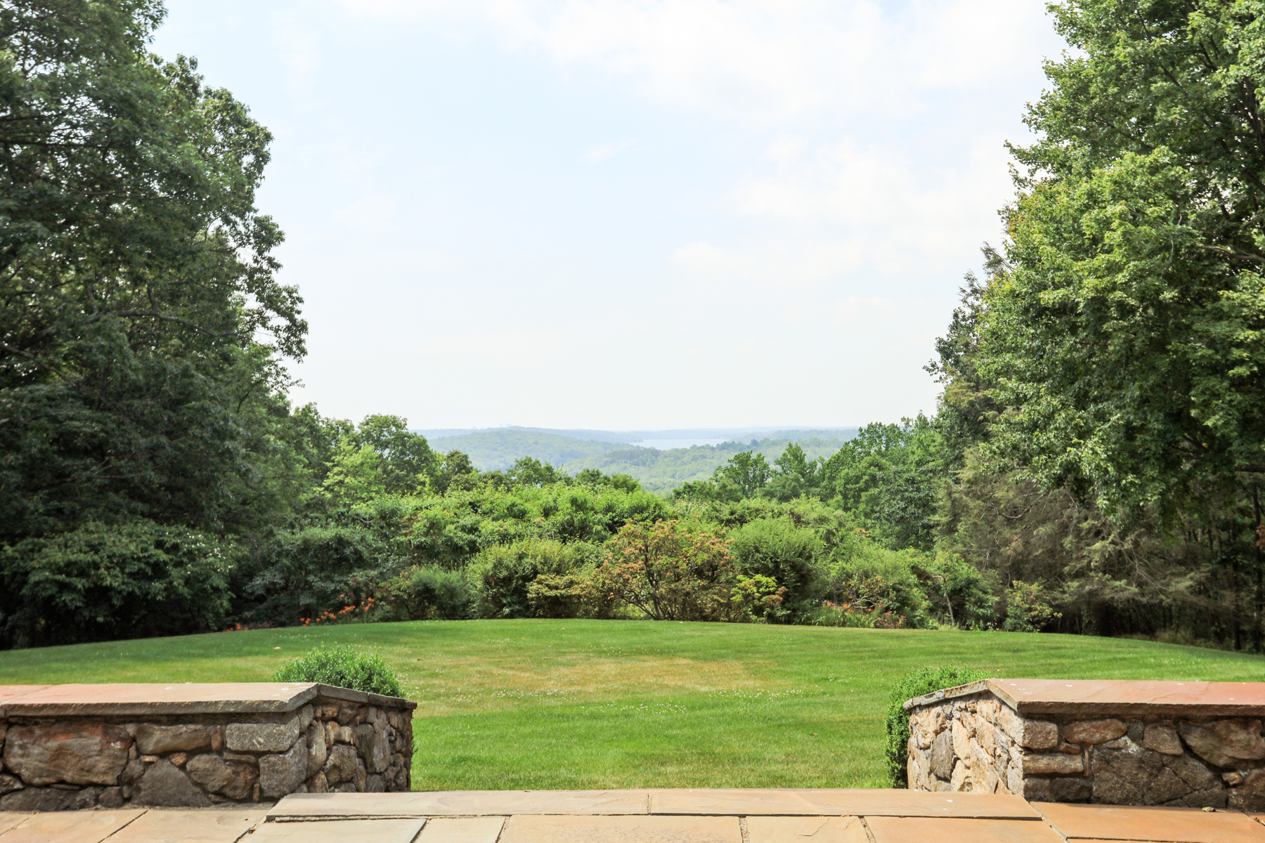 Additional photo for property listing at On a clear day, you can see forever. 93 Whippoorwill Road Armonk, New York 10504 États-Unis