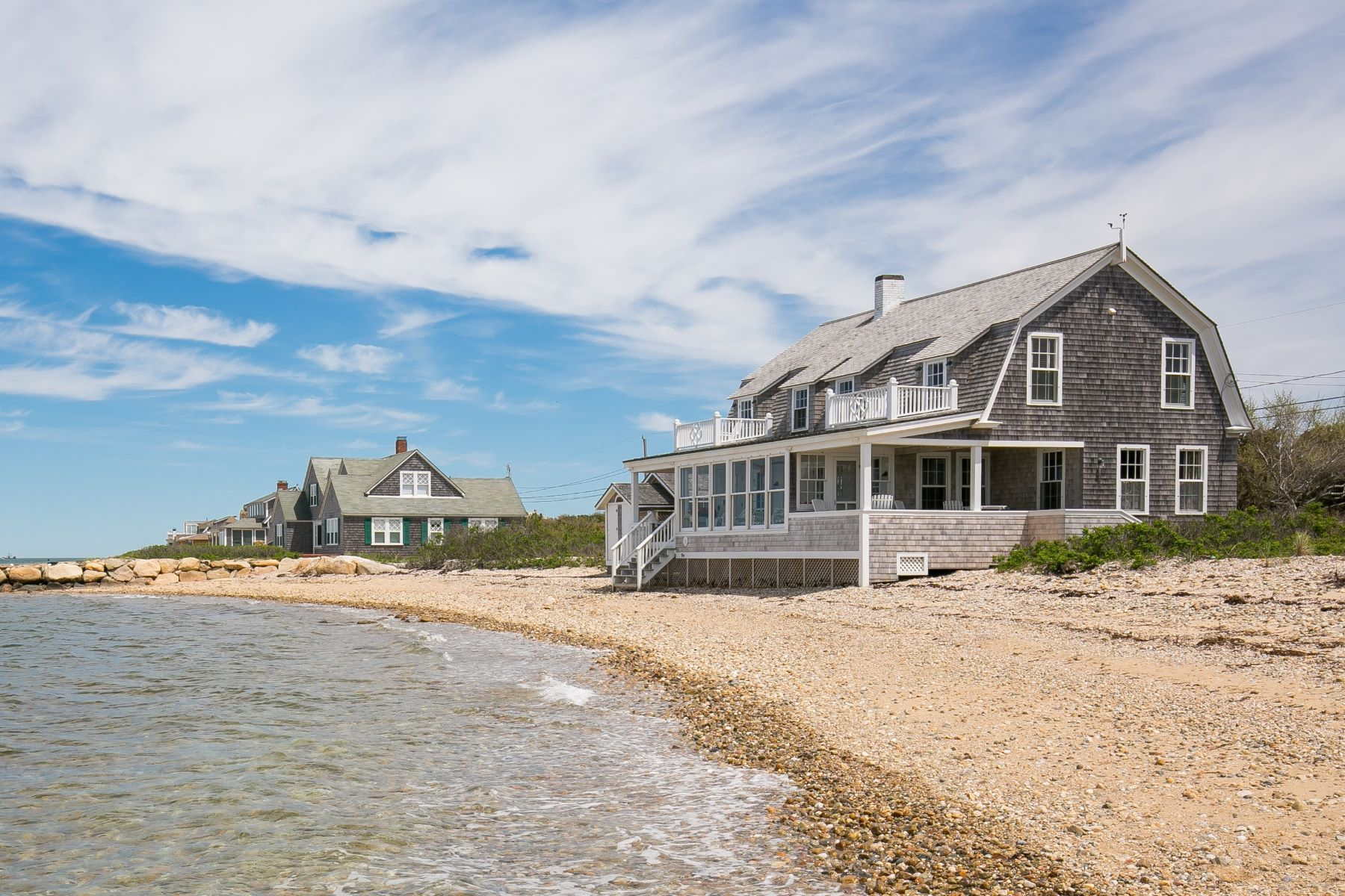 Maison unifamiliale pour l Vente à Waterfront East Chop Beach House 325 East Chop Drive Oak Bluffs, Massachusetts, 02557 États-Unis