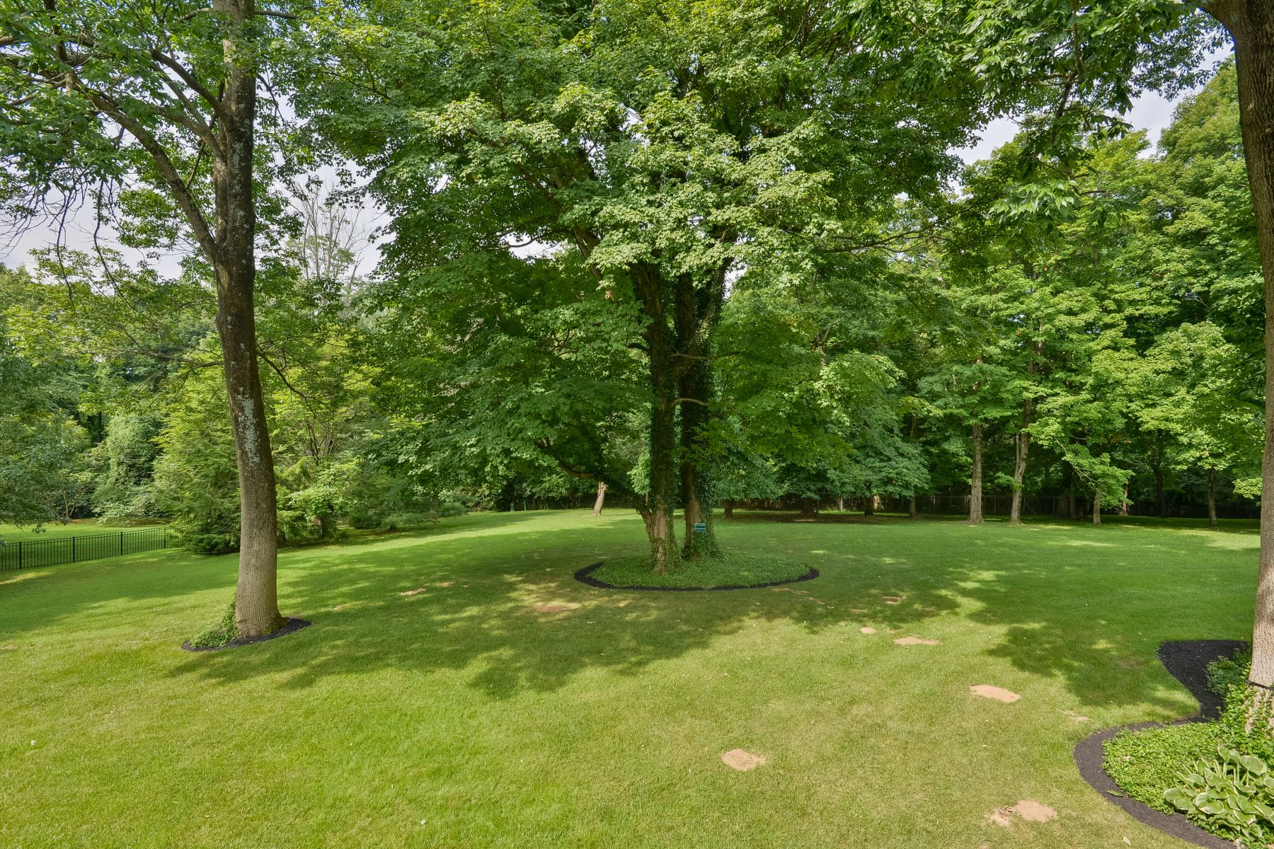Additional photo for property listing at 207 Mockingbird Gardens Drive  Louisville, Kentucky 40207 United States