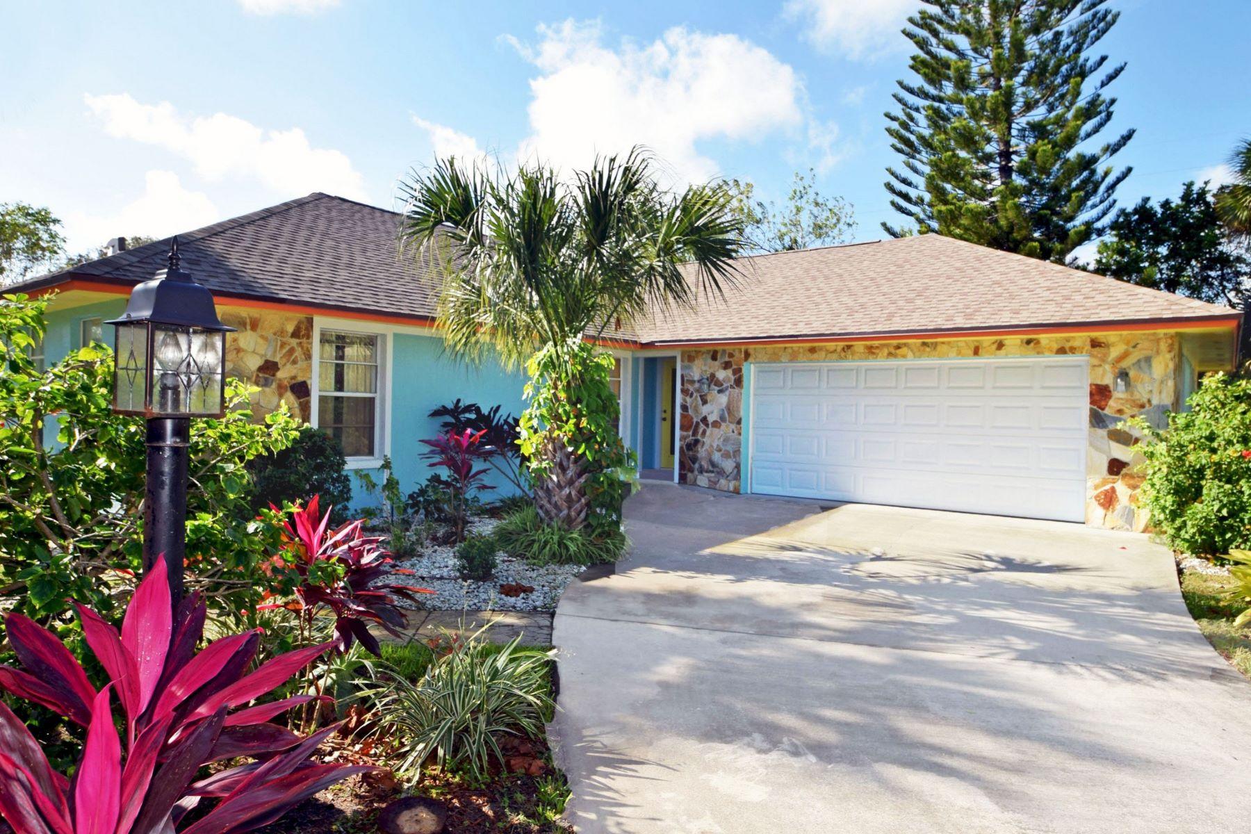 Casa para uma família para Venda às Central Beach Pool Home 706 Conn Way Vero Beach, Florida, 32963 Estados Unidos