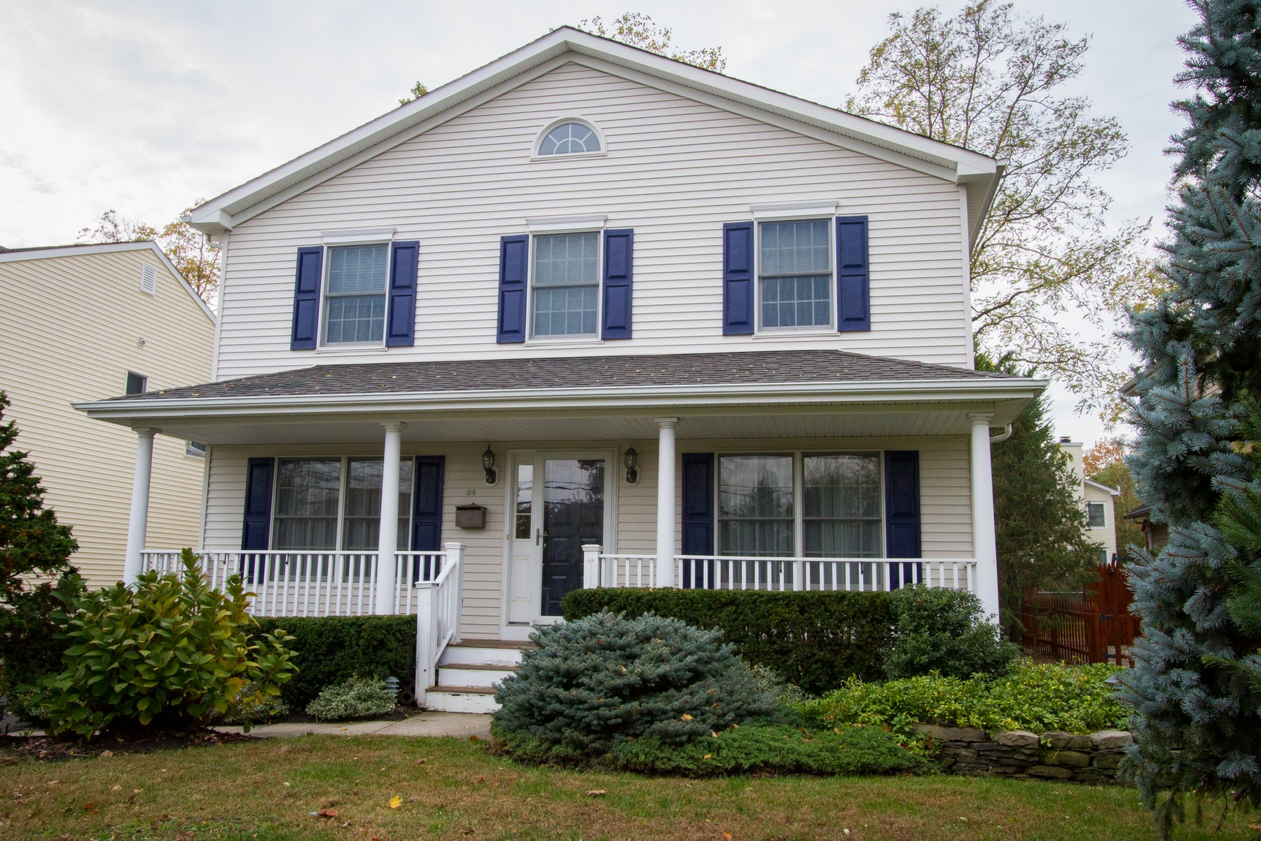 Villa per Vendita alle ore A Welcoming Front Porch 94 Avenue of Two Rivers Rumson, New Jersey, 07760 Stati Uniti
