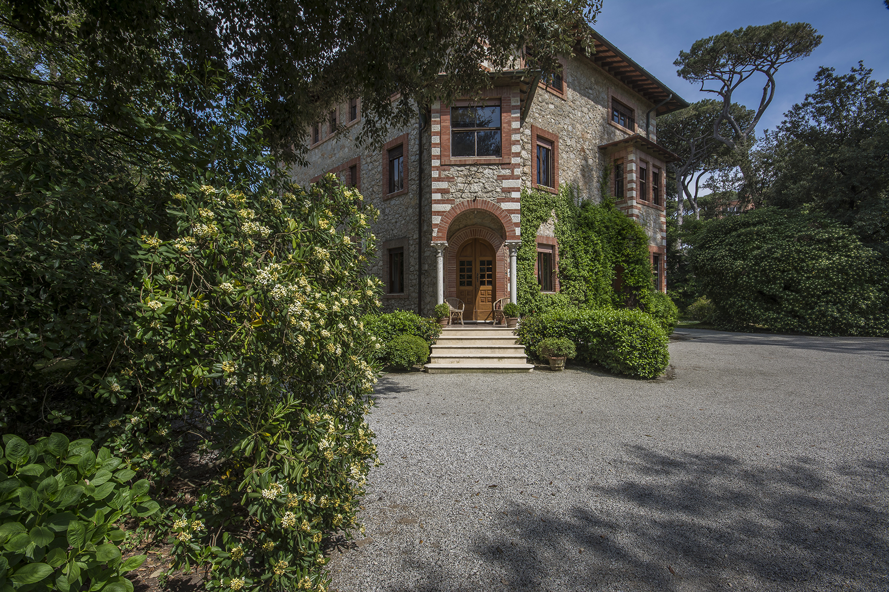 Additional photo for property listing at Lovely villa a few steps away from the beach Forte Dei Marmi, Lucca Italy