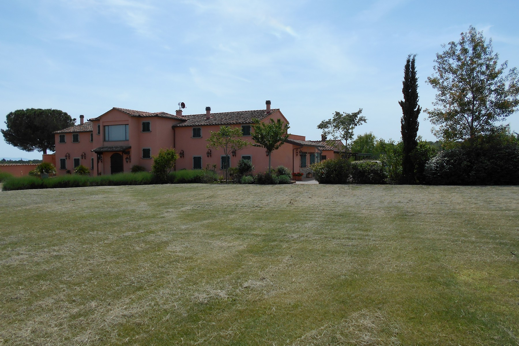 Additional photo for property listing at Exclusive property with pool and tennis court Località Ferretto Autres Perugia, Perugia 06010 Italie
