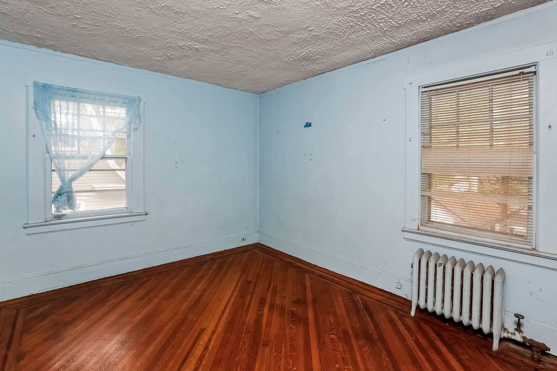 Additional photo for property listing at Three Bedroom Colonial 80 Elliott Place East Orange, New Jersey 07018 États-Unis