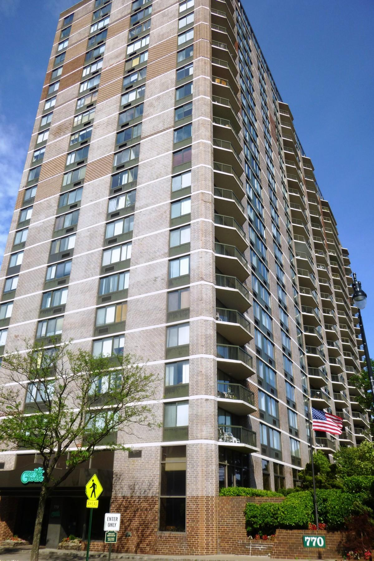 Appartement en copropriété pour l Vente à Luxurious corner unit with stunning views! 770 Anderson Avenue #6N Cliffside Park, New Jersey 07010 États-Unis