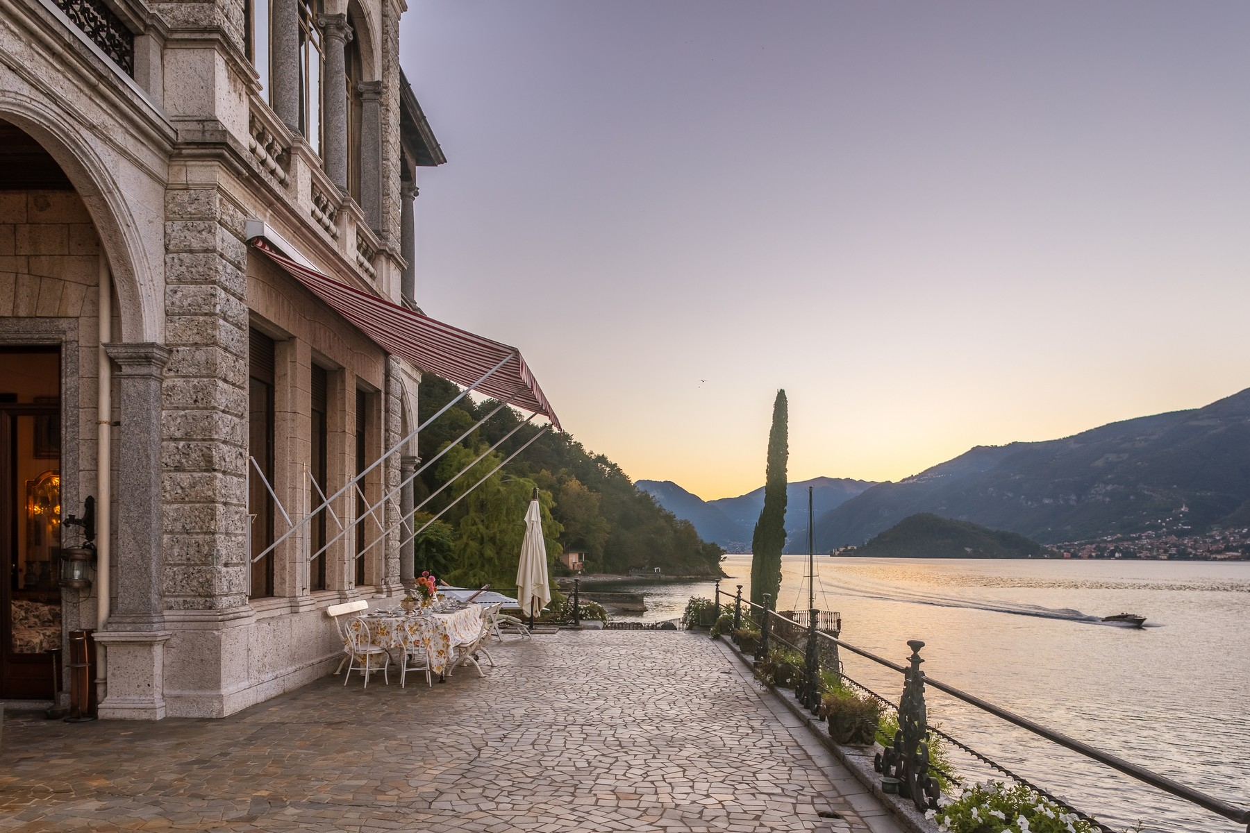 Additional photo for property listing at Magnificent villa Liberty pieds dans l'eau on Lake Como Via Beneficienza Bellagio, Como 22021 Italien