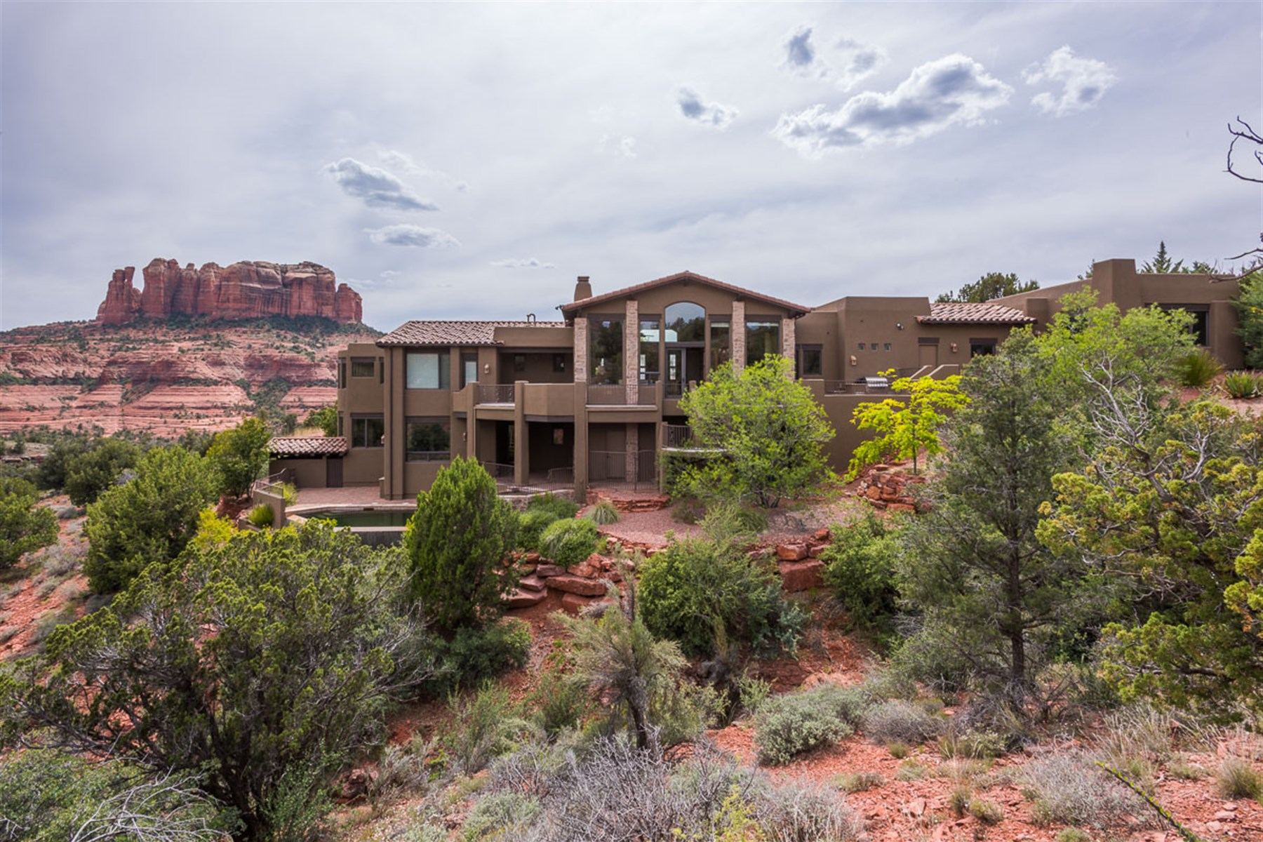 Casa Unifamiliar por un Venta en Sante Fe luxury home sits elevated in this magical environment of Back O' Beyond 15 ROSEMARY CT Sedona, Arizona, 86336 Estados Unidos
