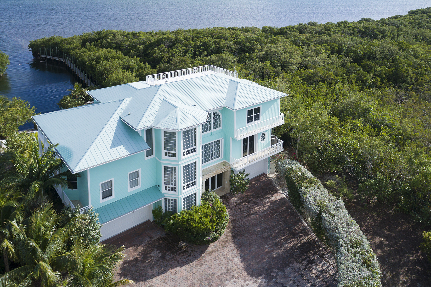 Maison unifamiliale pour l Vente à Grand Waterfront Home with Guest House 97251 Overseas Highway South Side Key Largo, Florida, 33037 États-Unis