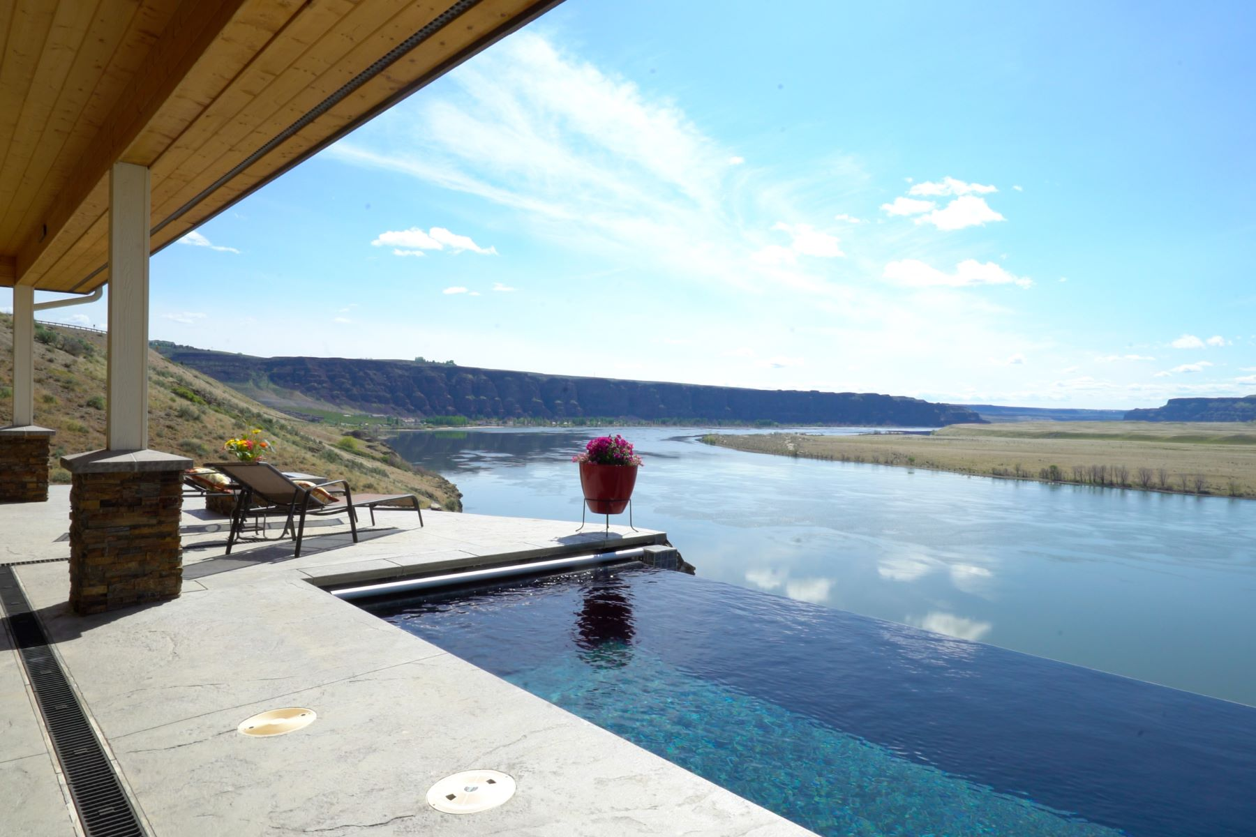 Single Family Home for Sale at Crescent Bar View Home 29 Mansfield Road Quincy, Washington 98848 United States