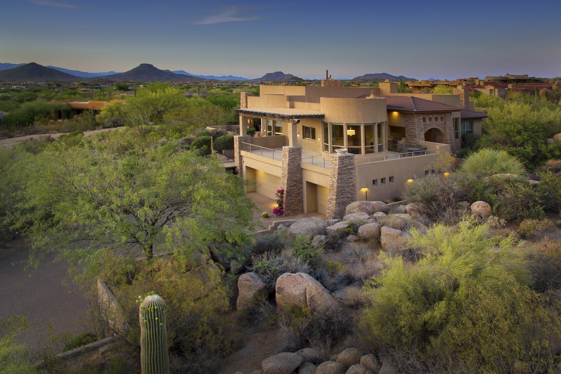 Villa per Vendita alle ore Right-sized home on an elevated lot in Estancia 10356 E Running Deer Trl Scottsdale, Arizona, 85262 Stati Uniti