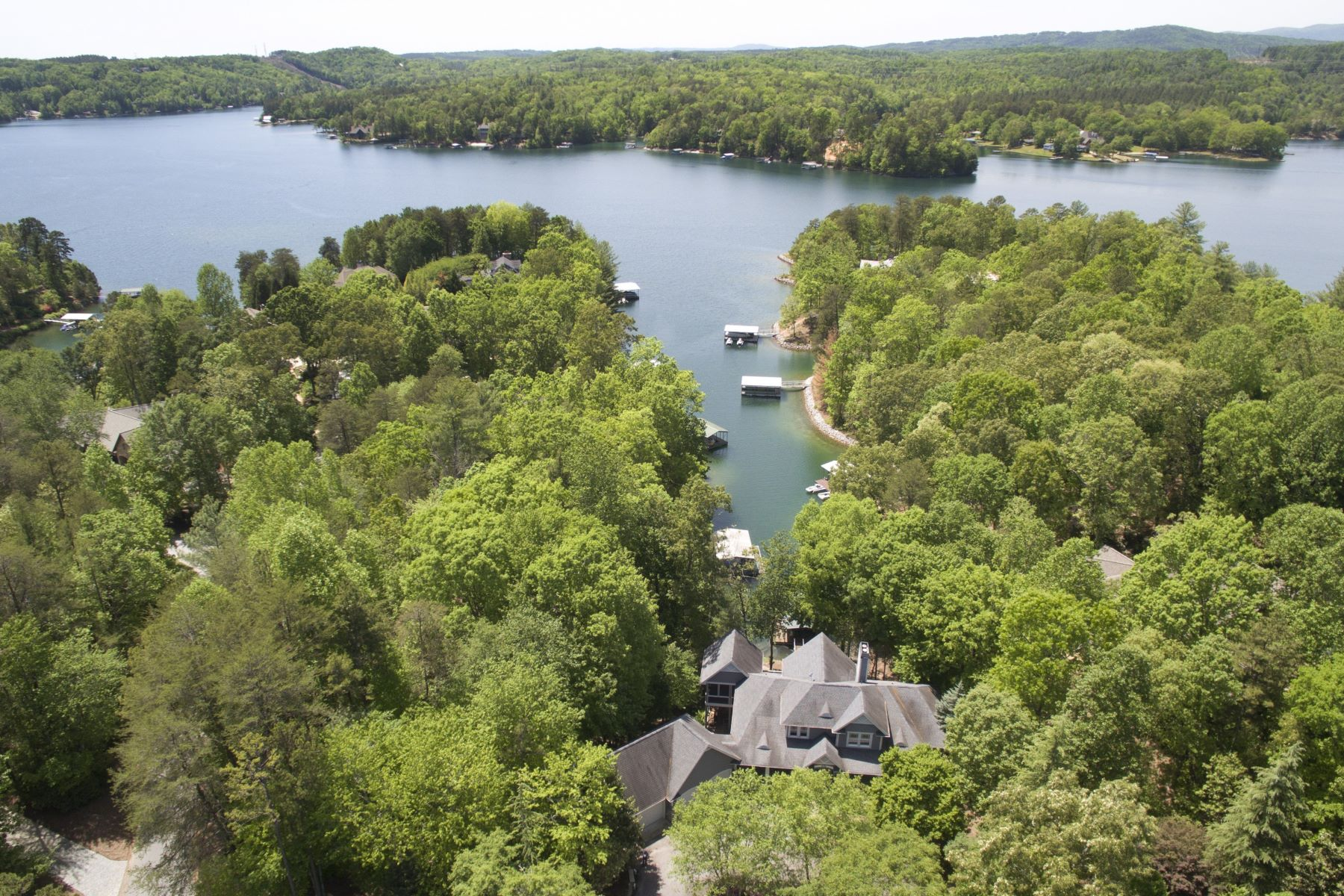 Maison unifamiliale pour l Vente à Recently Renovated Waterfront Home Including Adjoining Waterfront Lot! 606 Wind Flower Drive + Lot S31 The Cliffs At Keowee Vineyards, Sunset, Caroline Du Sud, 29685 États-Unis