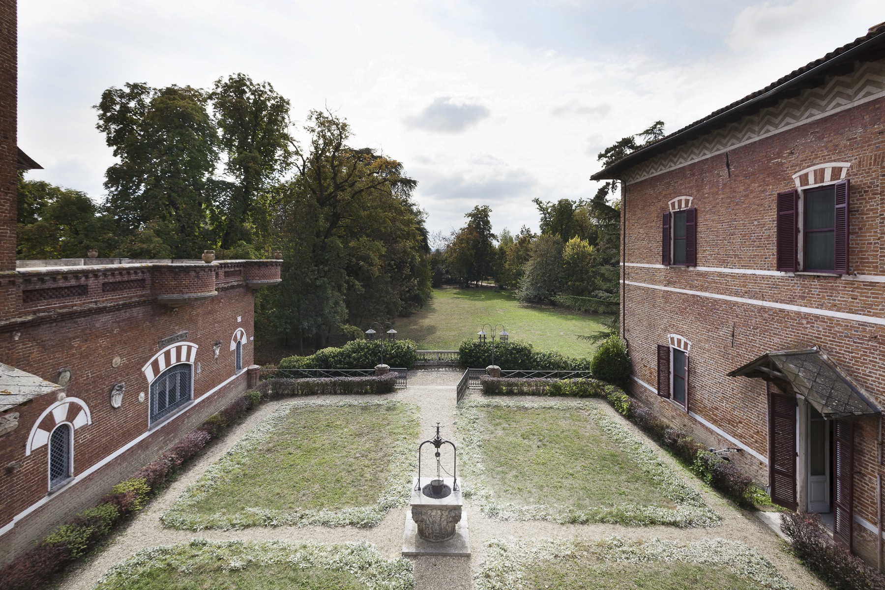 Additional photo for property listing at Medieval Castle surrounded by a secular park Piazza Statuto Dusino San Michele, Asti 14010 Italien