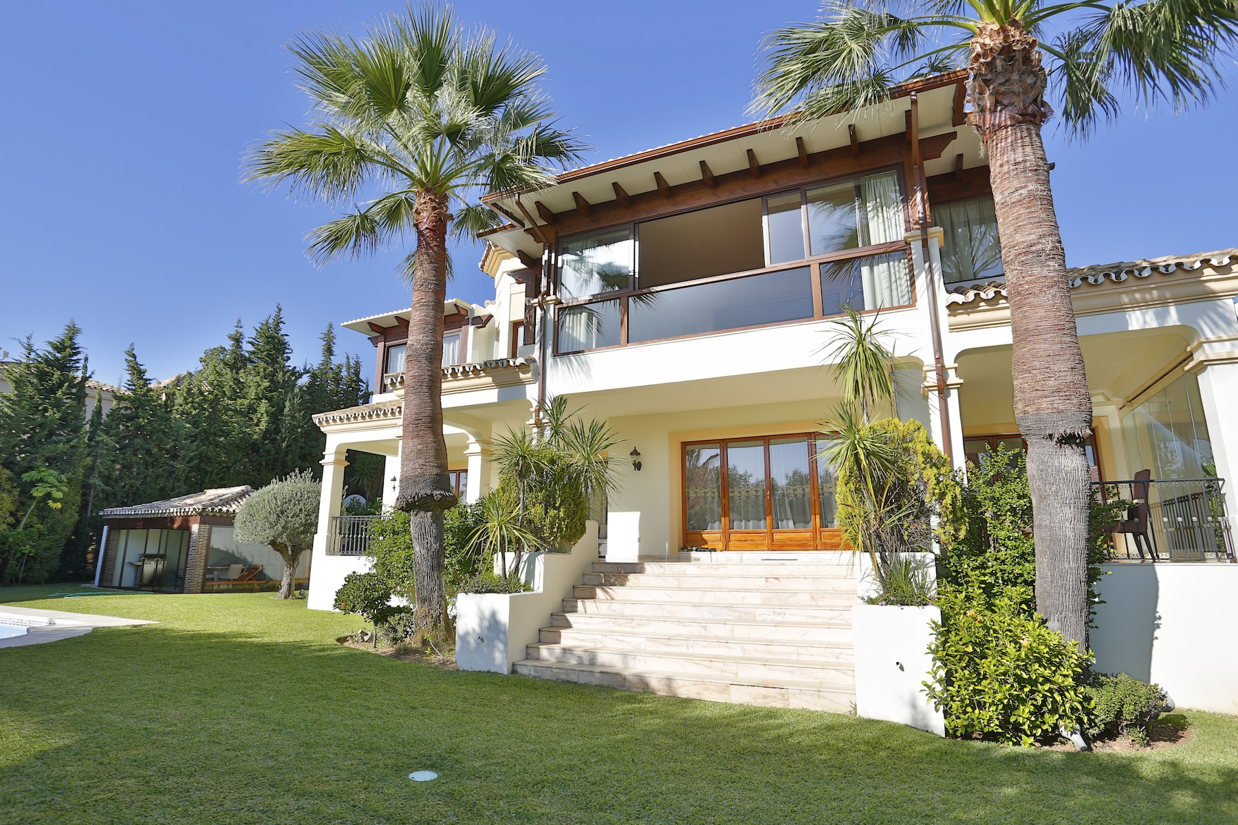 Частный односемейный дом для того Продажа на Elegant villa situated in the best sought after residential area in Marbella Sierra Blanca Marbella, Costa Del Sol, 29600 Испания