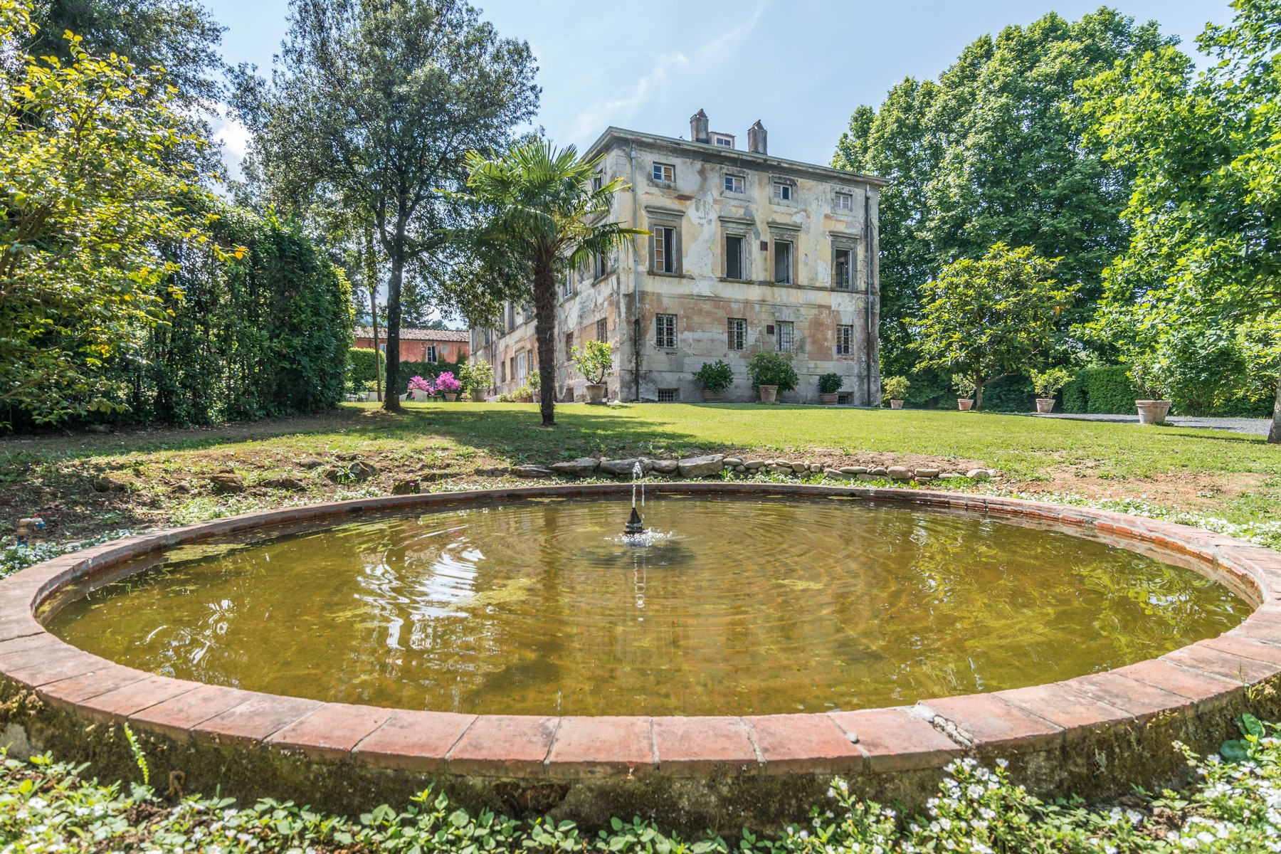 Maison unifamiliale pour l Vente à Outstanding villas with garden and pool Lucca, Lucca Italie