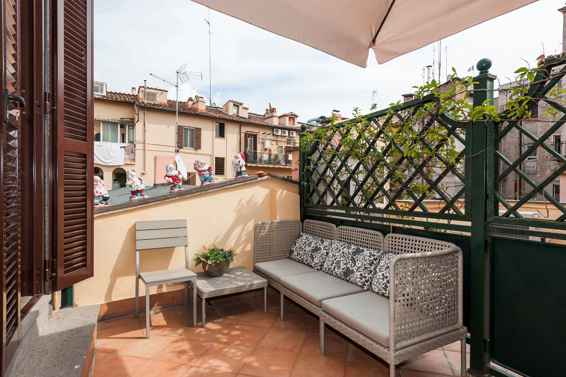 Additional photo for property listing at Quiet apartment with terrace close to the Trevi Fountain Vicolo Scavolino Rome, Roma 00187 Italia
